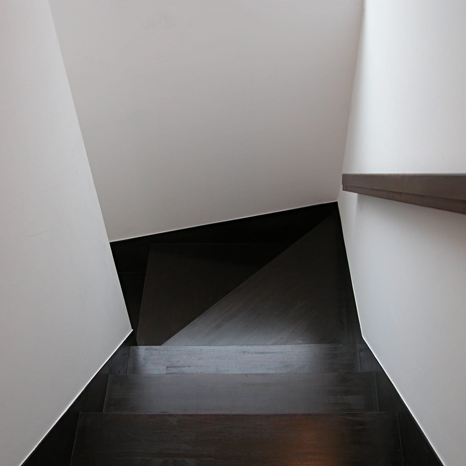 紅い和室のある都市型狭小地住宅の階段1