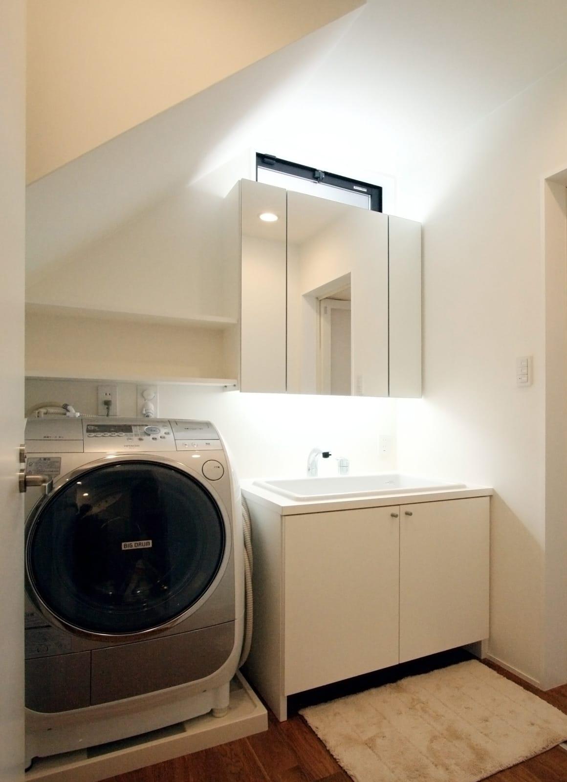 愛車を眺められるガレージハウスの浴室・洗面室1