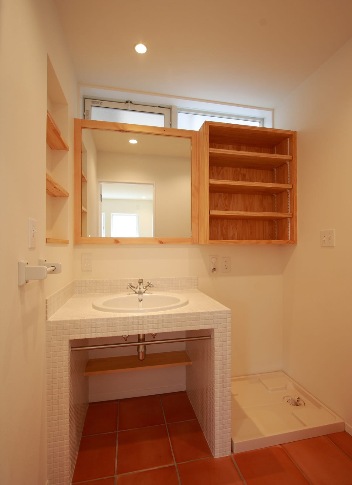 シンプルカントリーの家の浴室・洗面室1