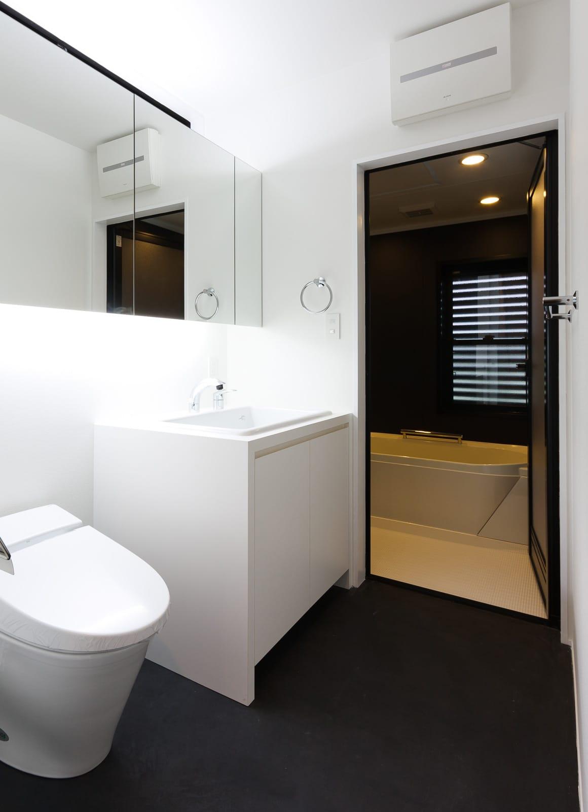 秘密基地のある家の浴室・洗面室1