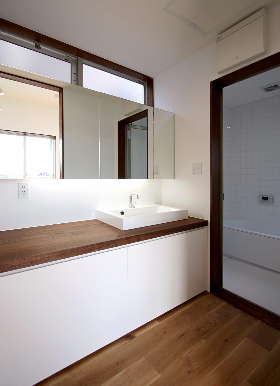 大きな窓から青空の見える家の浴室・洗面室1