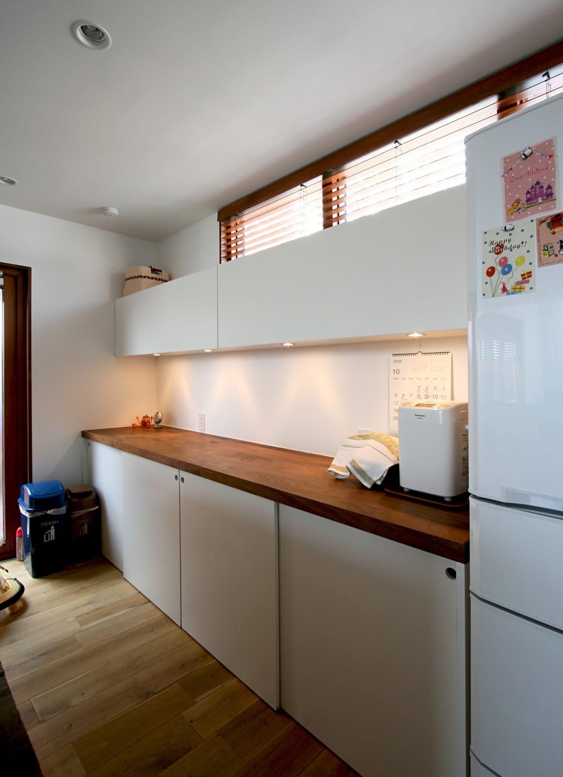 大きな窓から青空の見える家のキッチン1