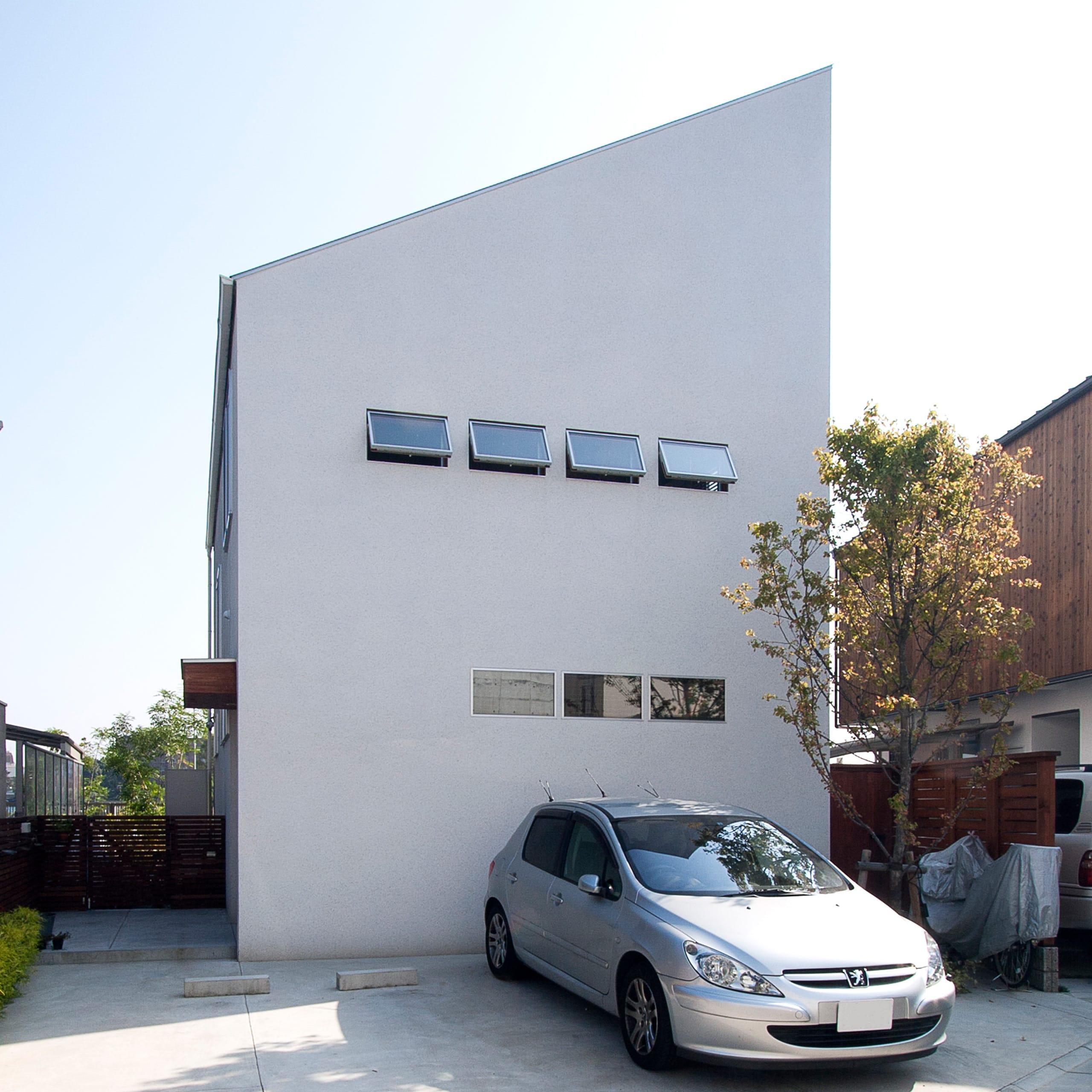 大きな窓から青空の見える家