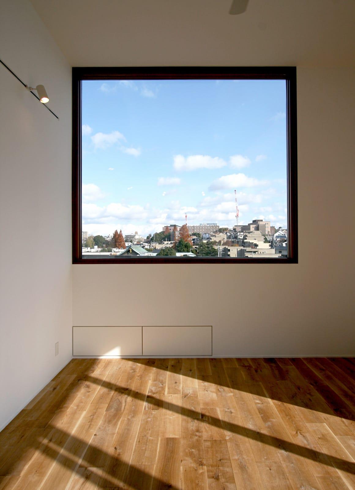 大きな窓から青空の見える家の部屋1