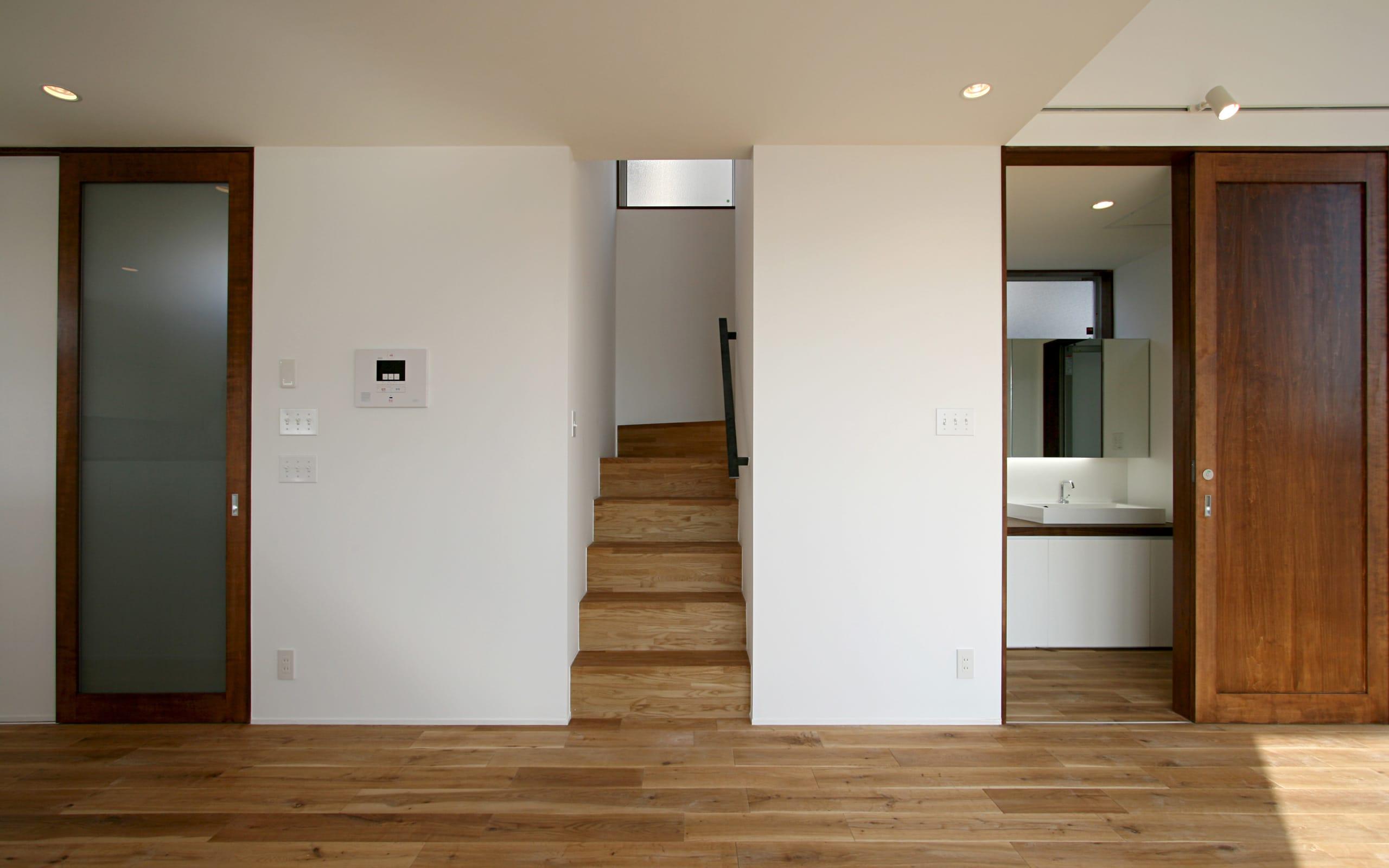 大きな窓から青空の見える家の階段(木製)1