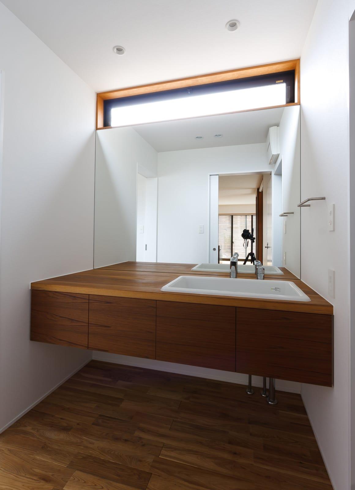 京都の坪庭ハウスの浴室・洗面室1