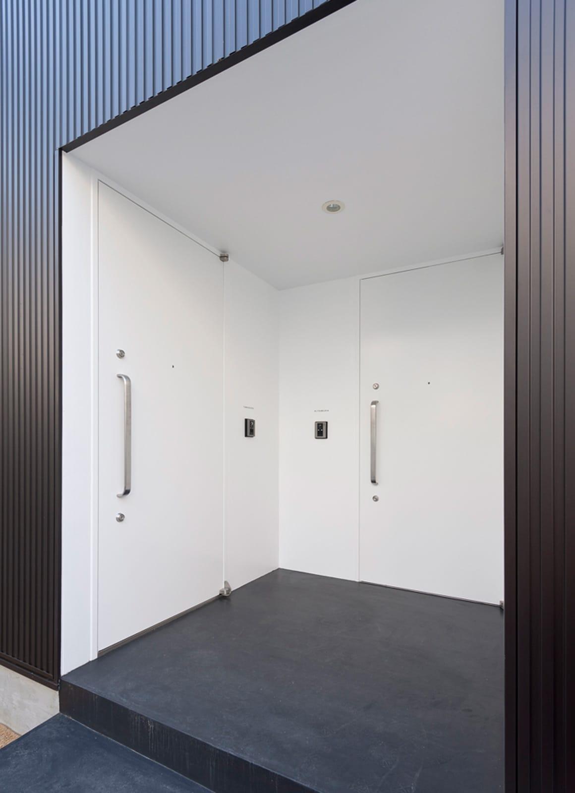 都市型三世帯住宅のポーチ・玄関扉1