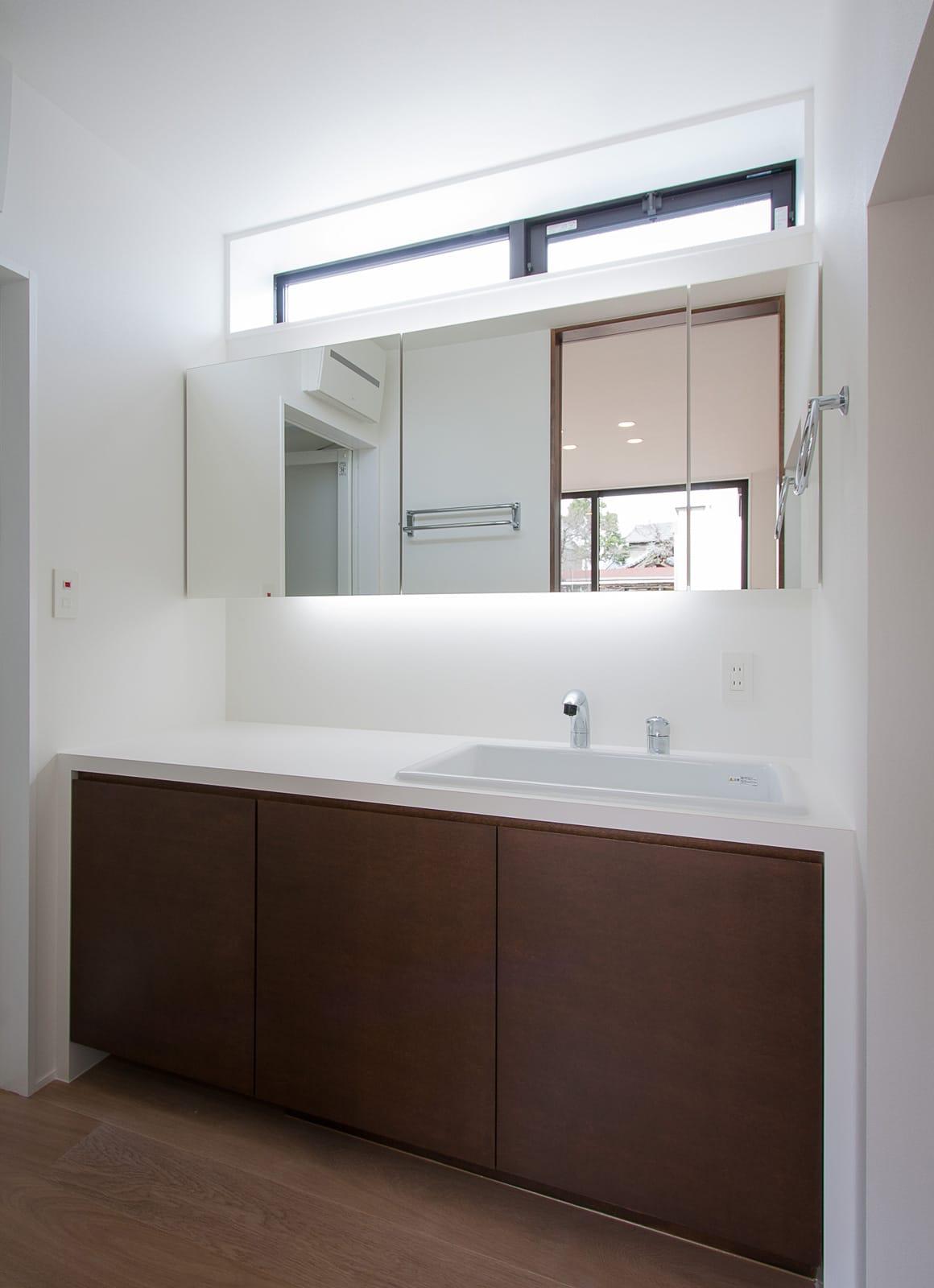 吹抜のある大空間リビングの家の浴室・洗面室1