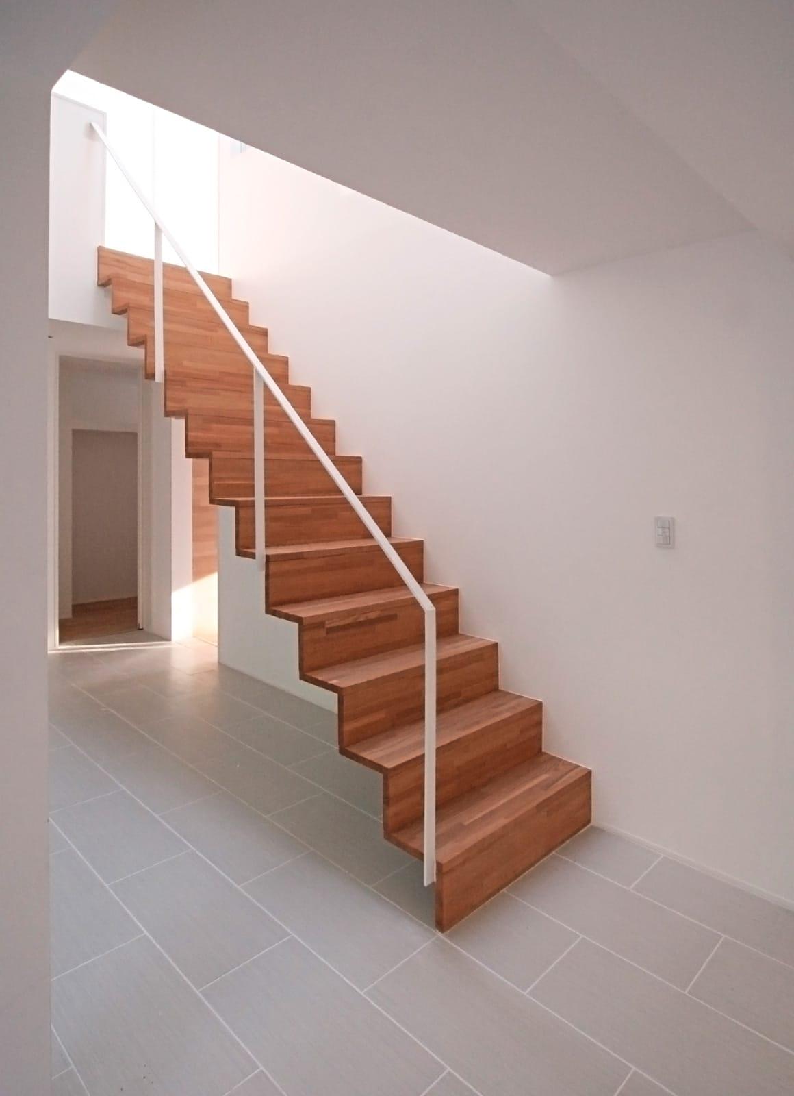 吹抜から光の注ぐSOHO住宅の階段(鉄骨製)1