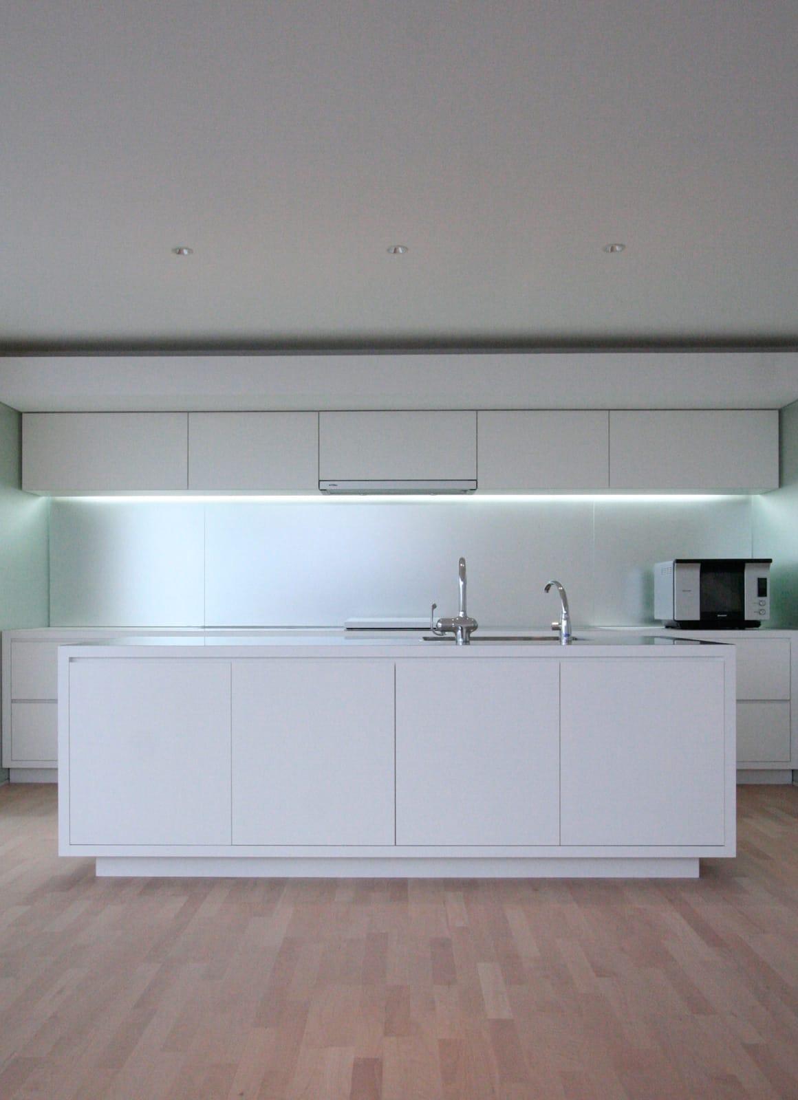 吹抜から光の注ぐSOHO住宅のキッチン1