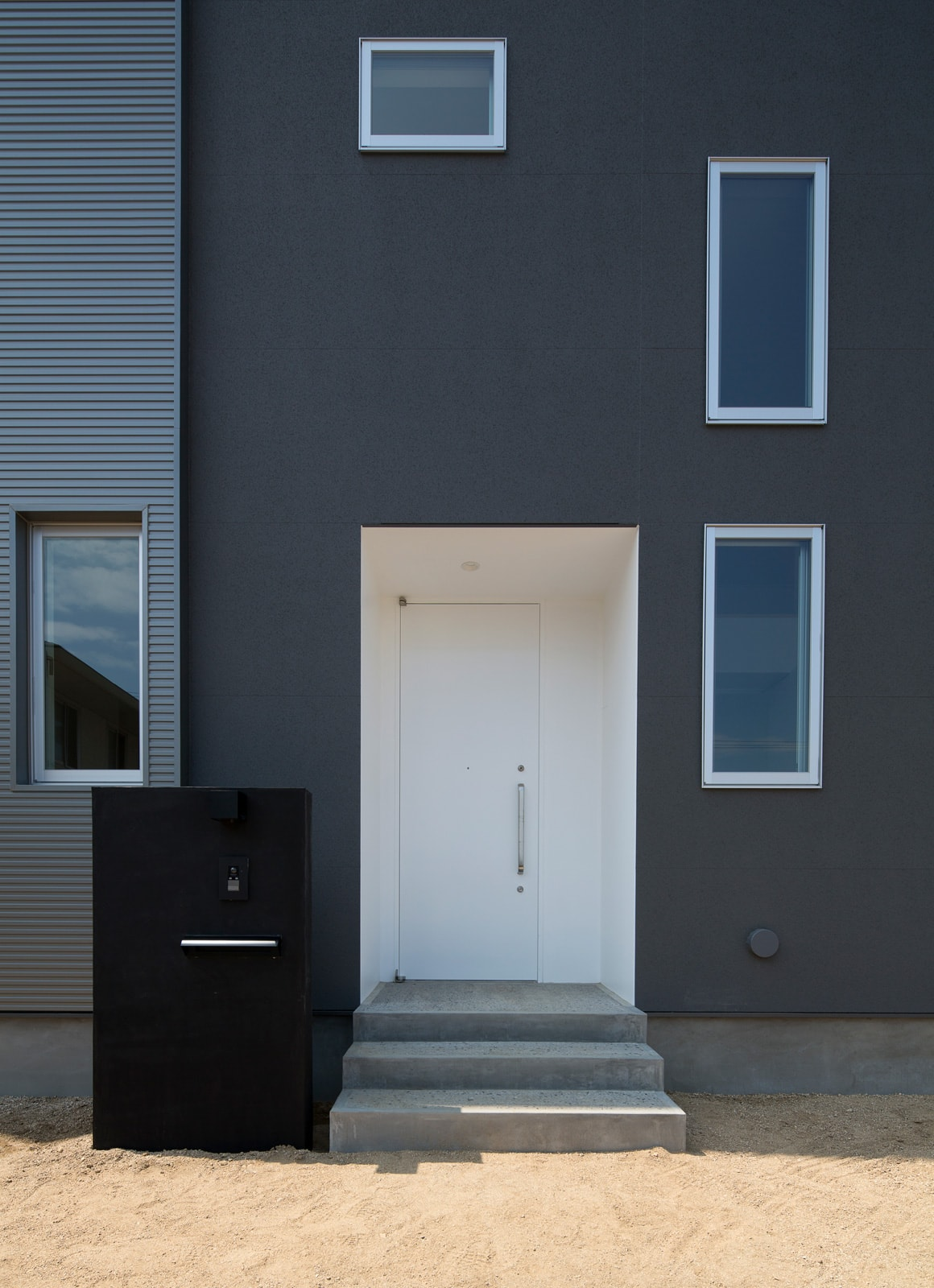 開放的なスキップフロア住宅のポーチ・玄関扉1