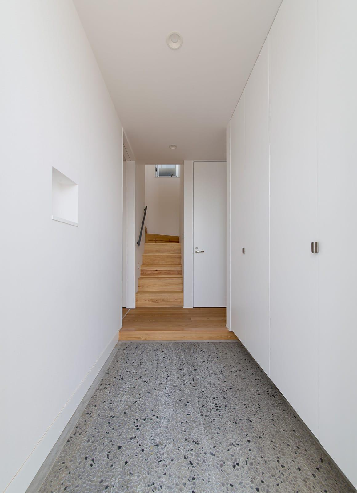 開放的なスキップフロア住宅の玄関(土間・ホール)1