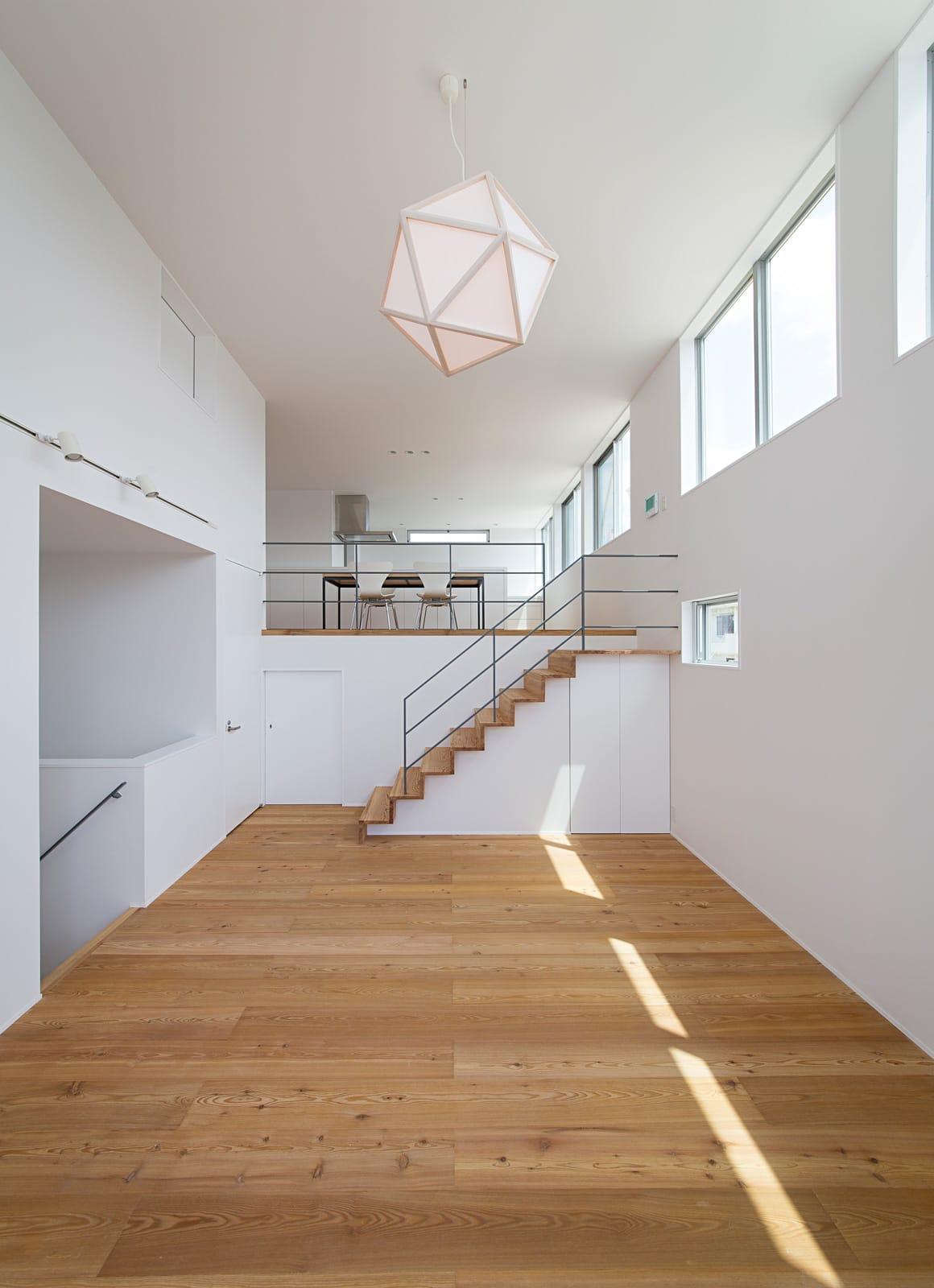 開放的なスキップフロア住宅のLDK3