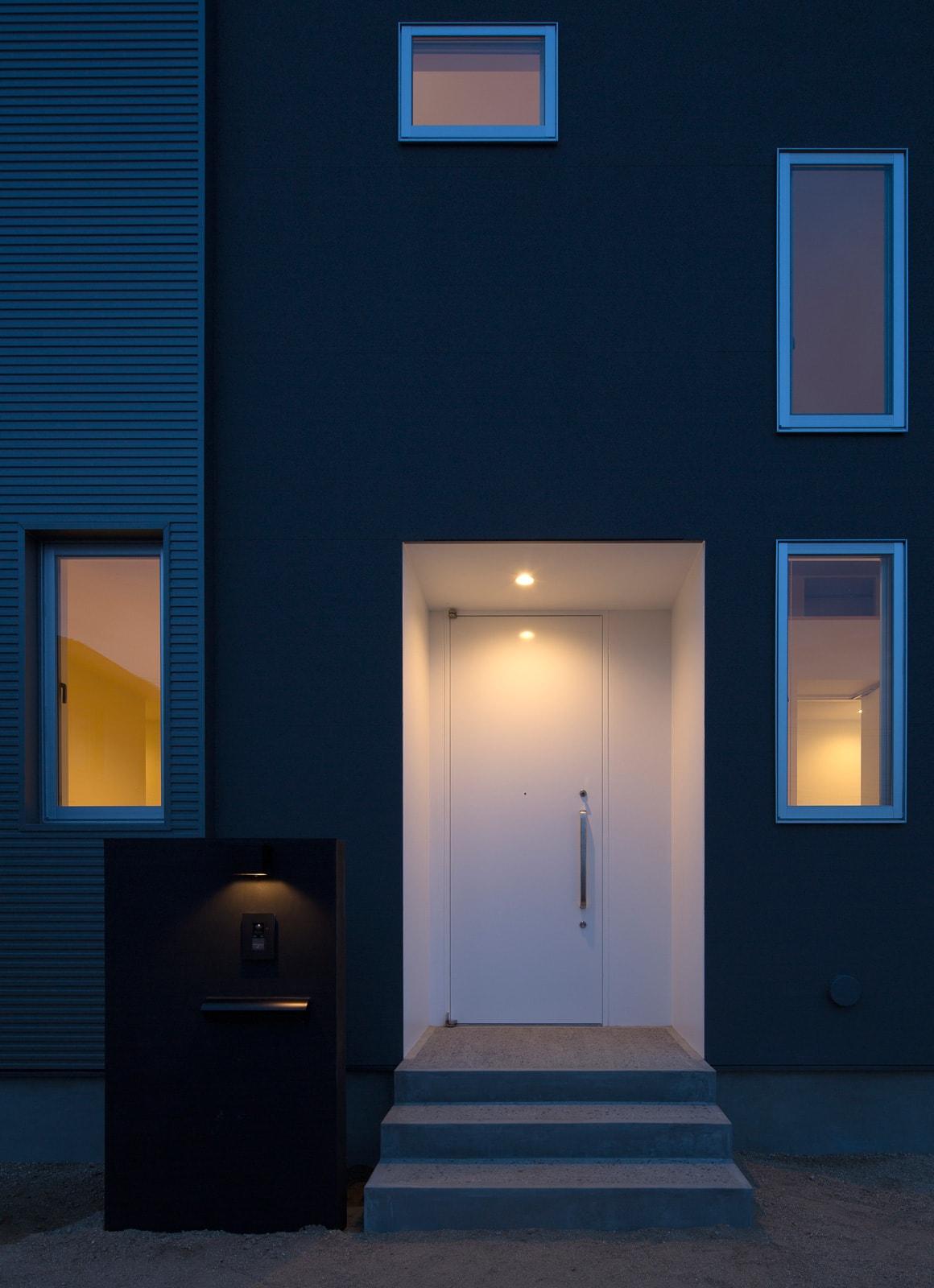 開放的なスキップフロア住宅の夕景(外部)2