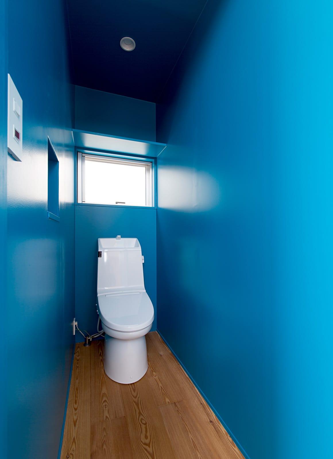開放的なスキップフロア住宅のトイレ1