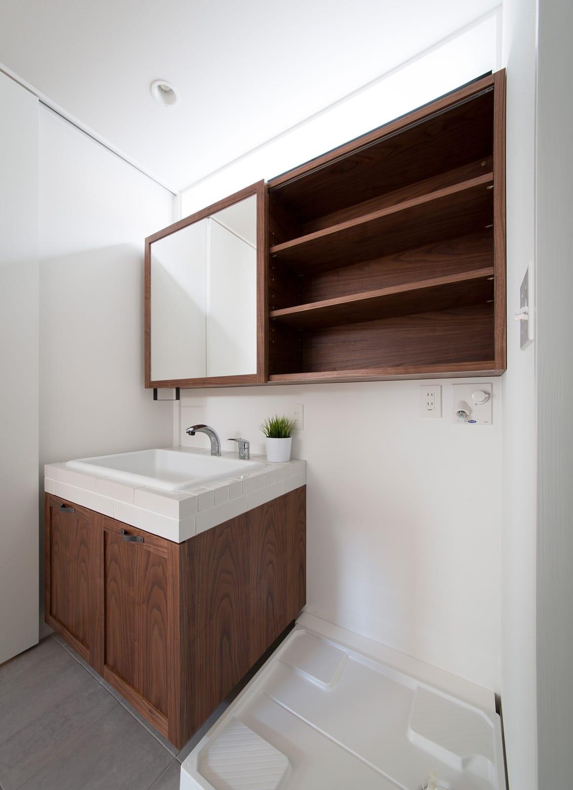 アンティーク家具の似合う家の浴室・洗面室1