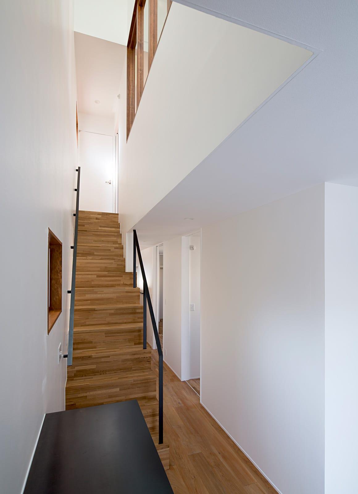 シンプルヴィンテージハウスの階段(木製)1