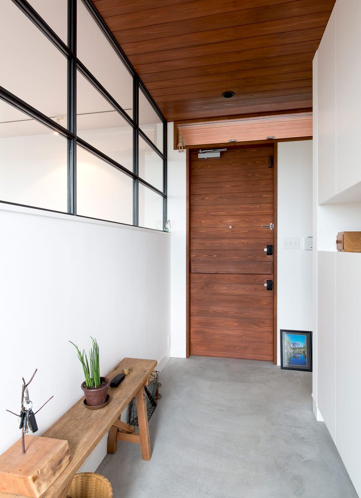 傾斜地に建つアウトドアデッキのある家の玄関(土間・ホール)3