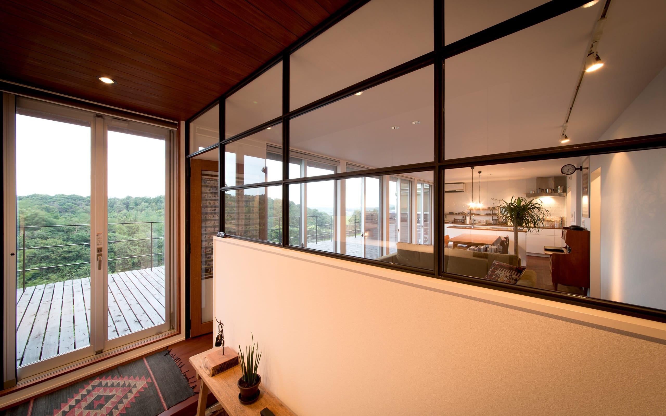 傾斜地に建つアウトドアデッキのある家の玄関(土間・ホール)4