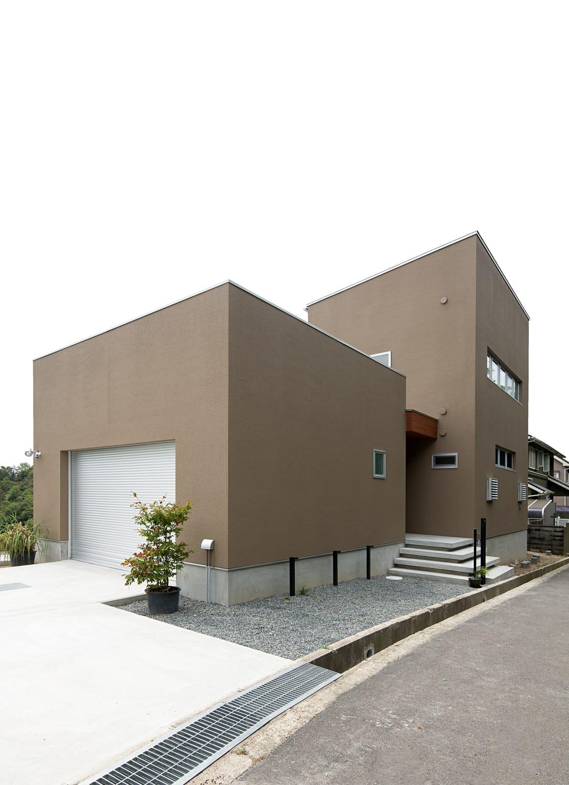 傾斜地に建つアウトドアデッキのある家の外観3