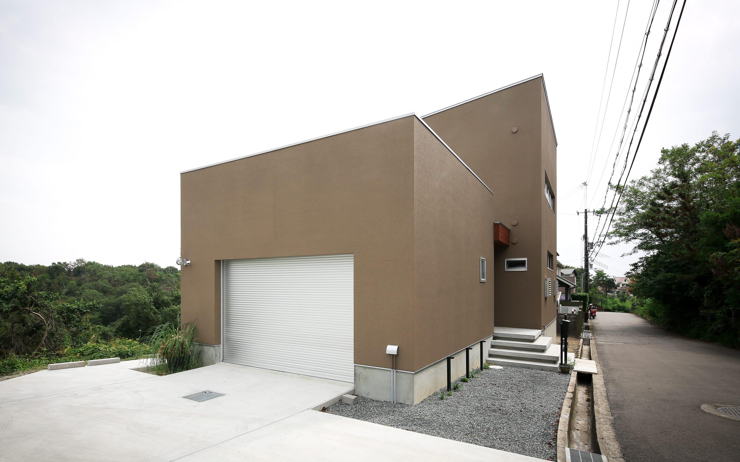 傾斜地に建つアウトドアデッキのある家の外観5