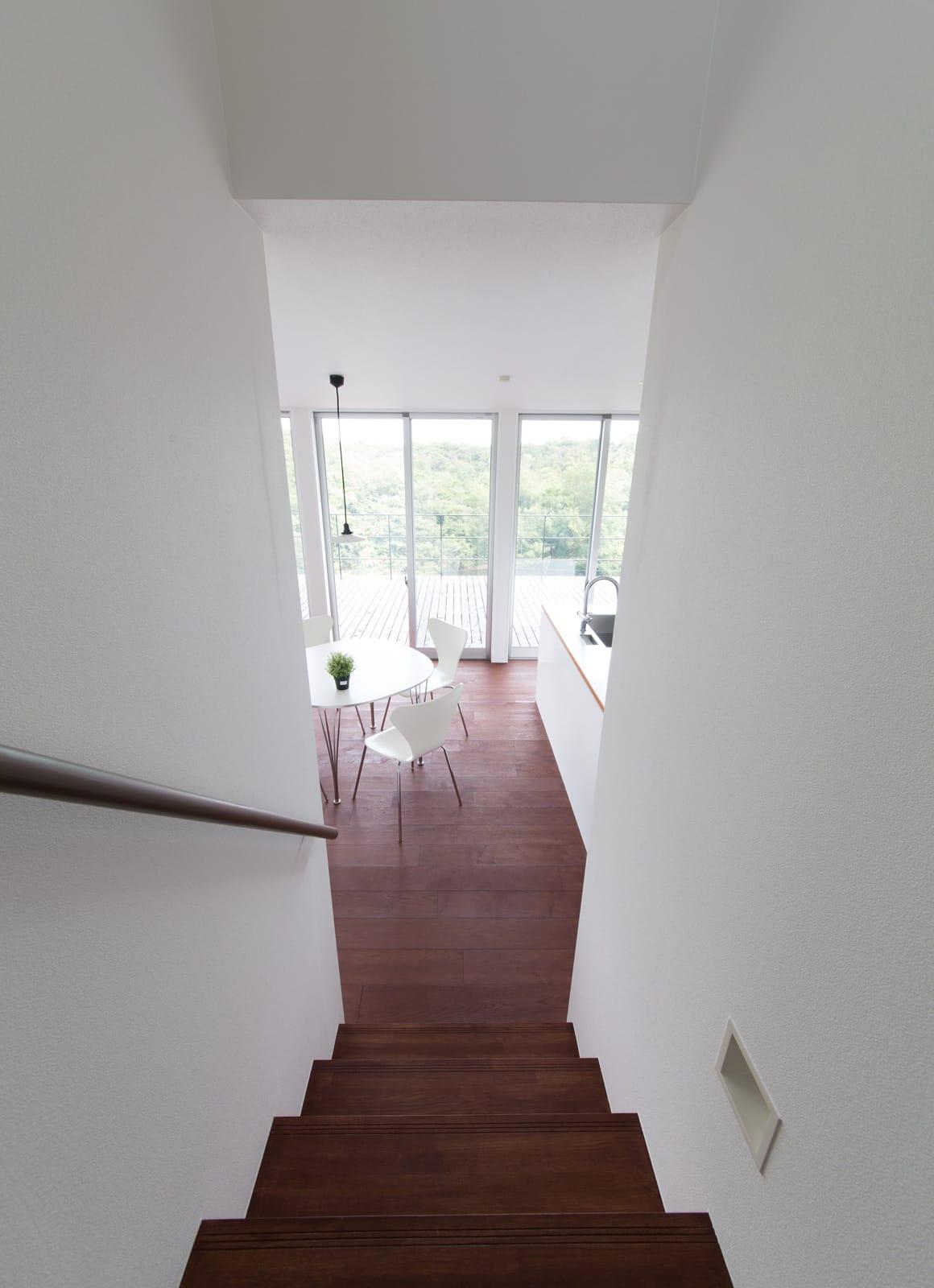 傾斜地に建つアウトドアデッキのある家の階段1
