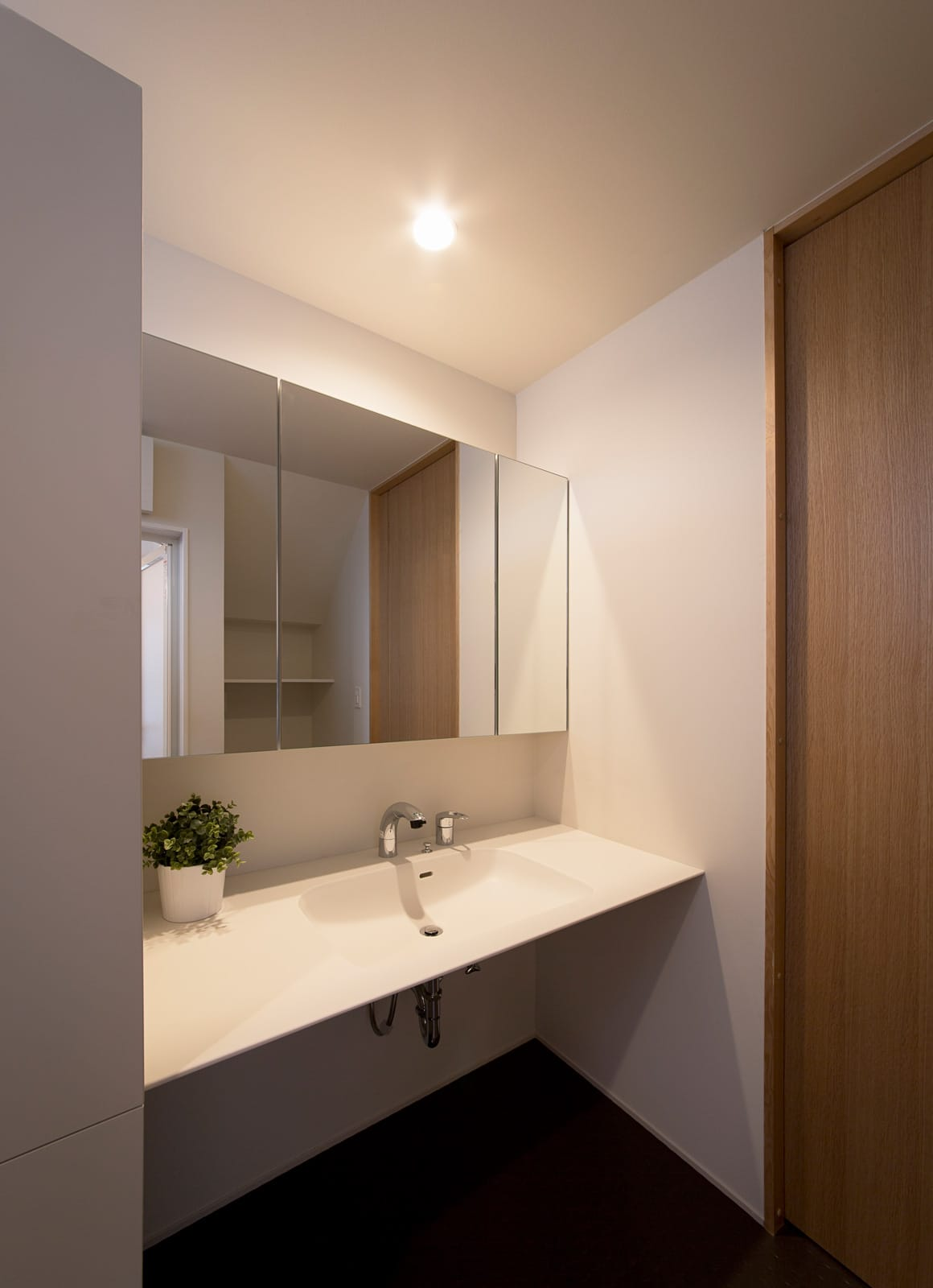 吹抜けリビングのある住宅の浴室・洗面室1