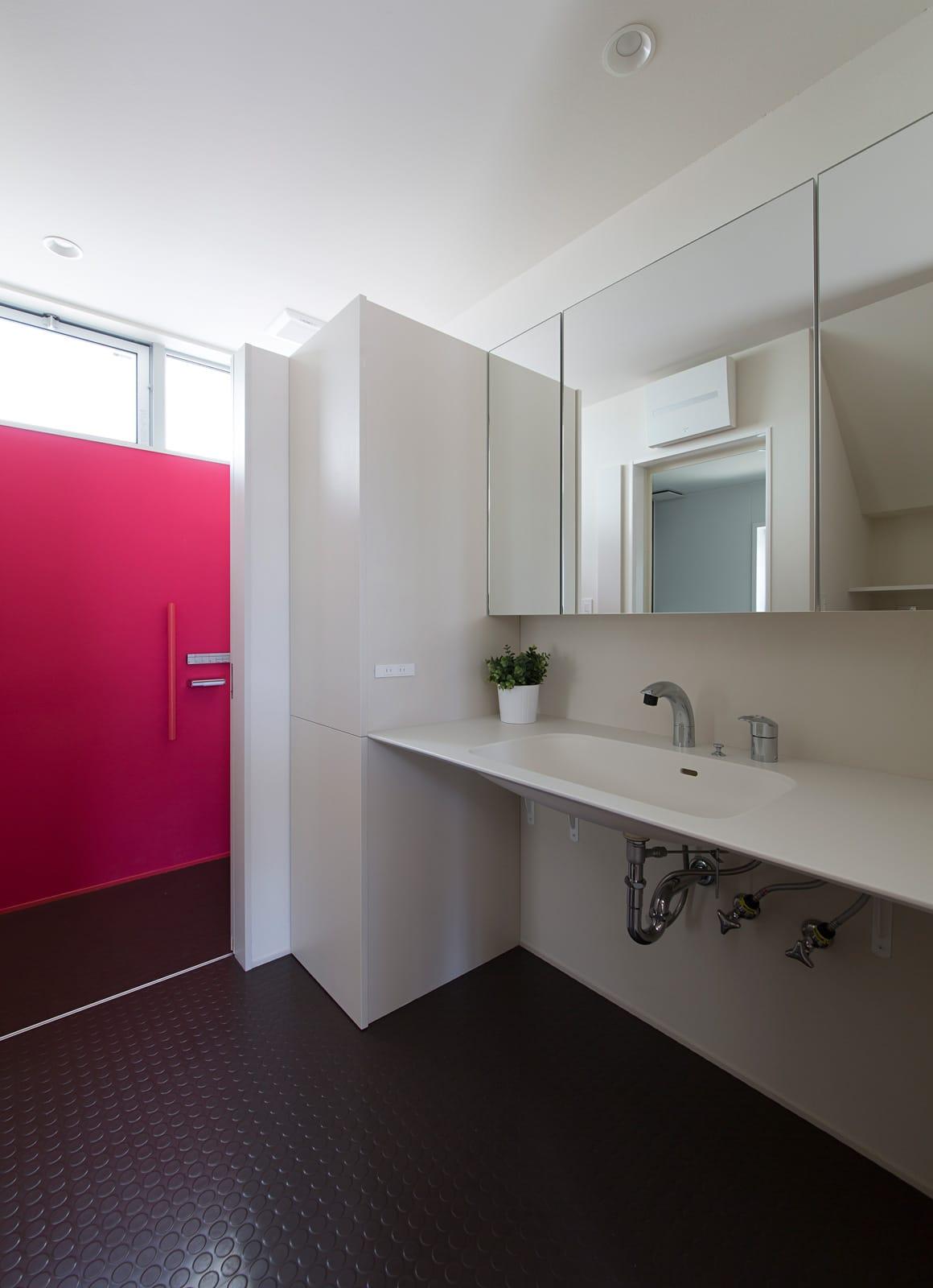 吹抜けリビングのある住宅のトイレ1