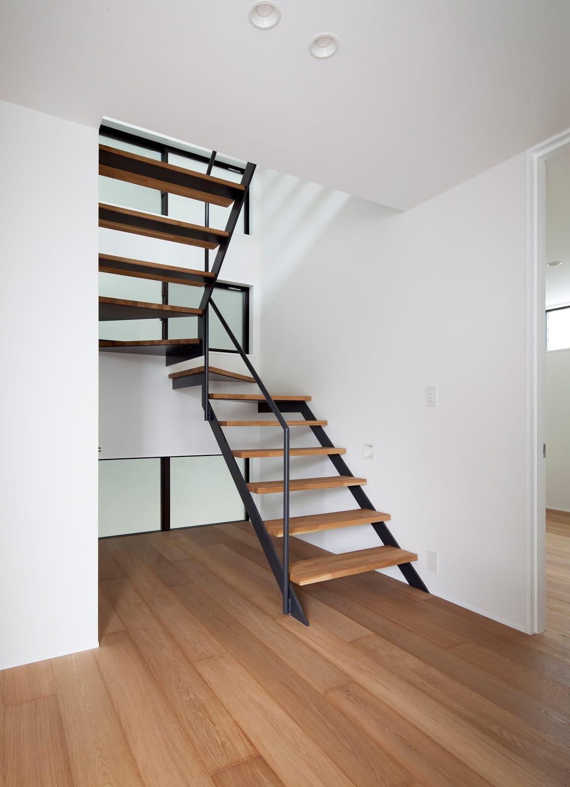 屋上とつながる吹抜リビングの家の階段(鉄骨製)2