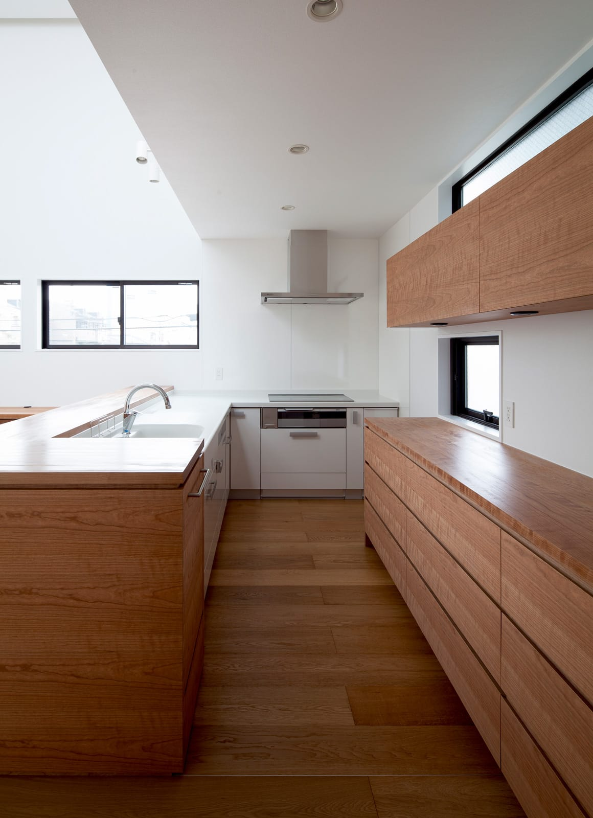 屋上とつながる吹抜リビングの家のキッチン2