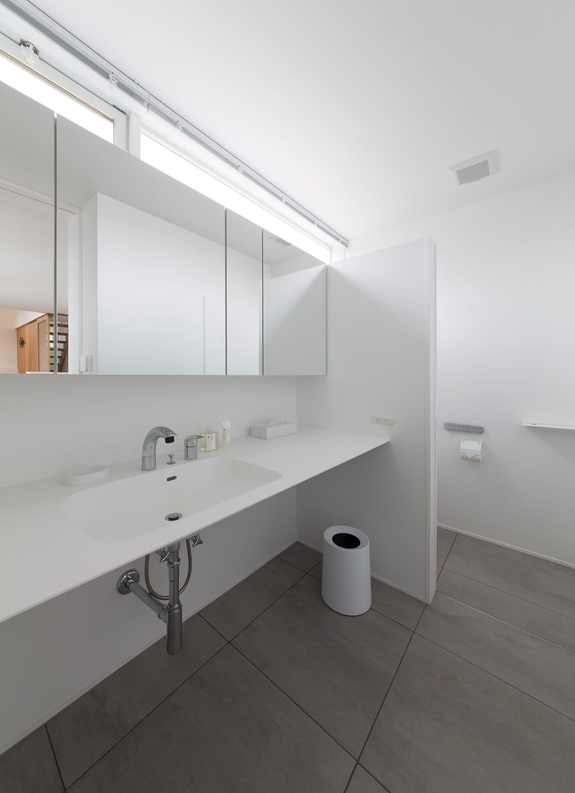 サンルームのある二世帯住宅の浴室・洗面室1