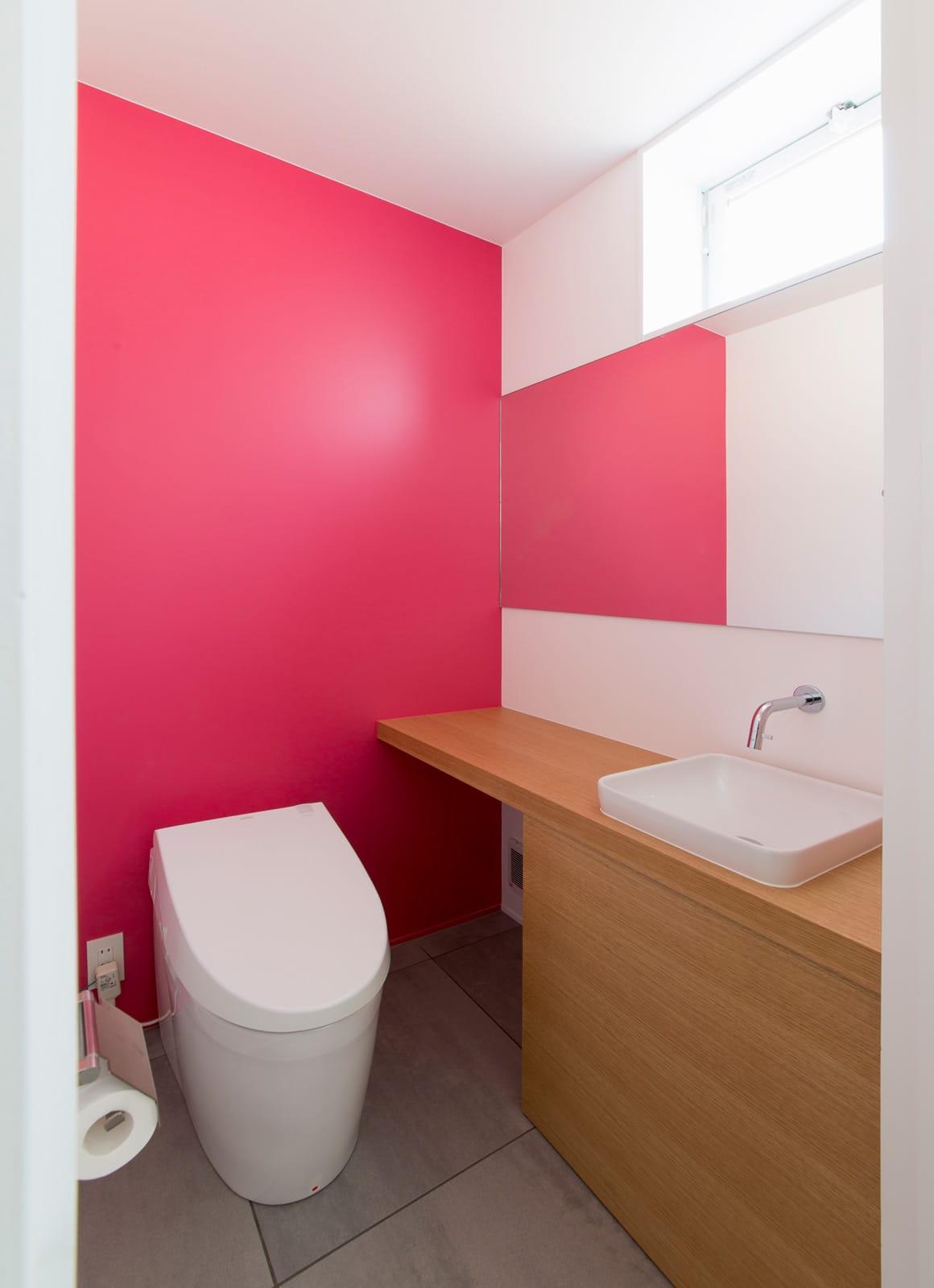 サンルームのある二世帯住宅のトイレ1