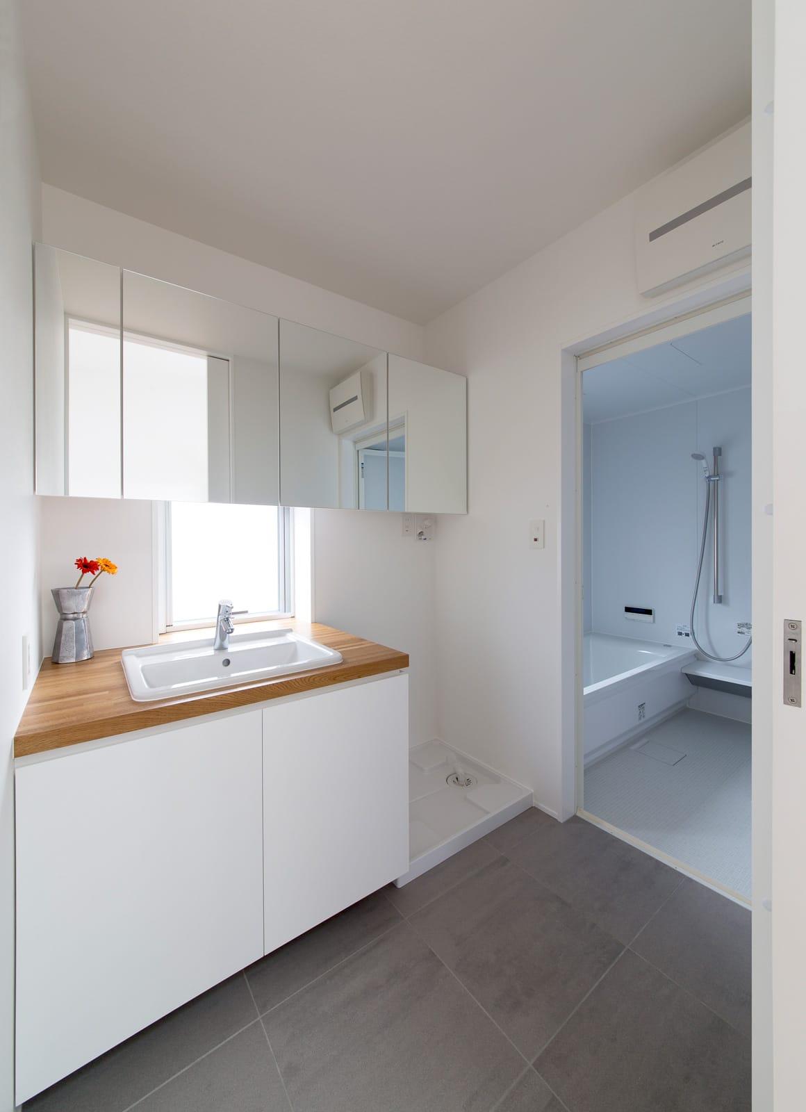 1.5階デッキのある家の浴室・洗面室1