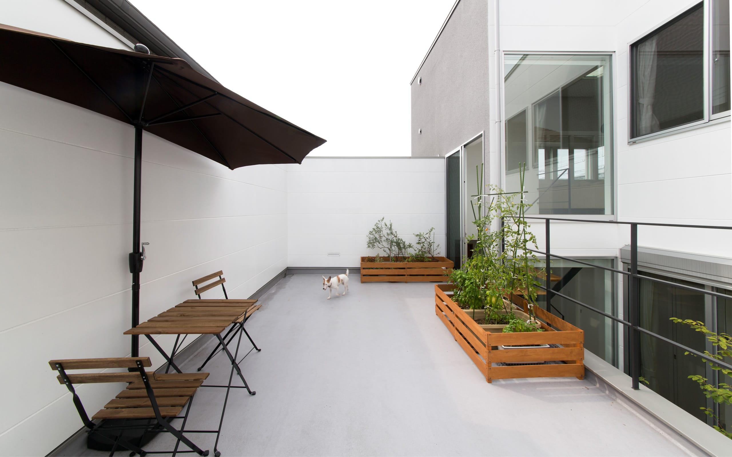 1.5階デッキのある家の外構(デッキテラス)1