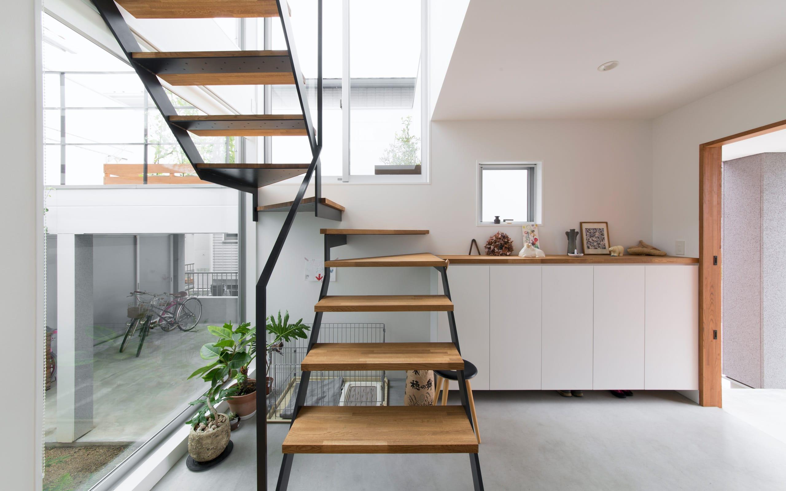 1.5階デッキのある家の階段(鉄骨製)1