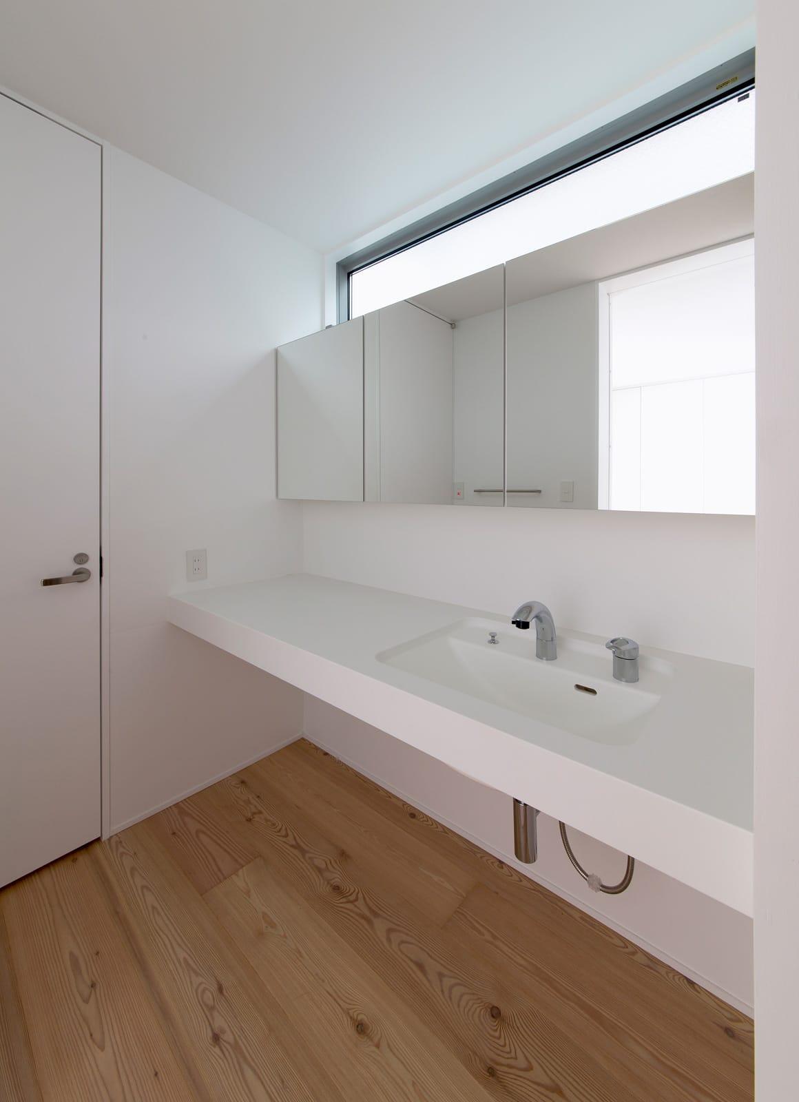 都市型アウトドアハウスの浴室・洗面室1