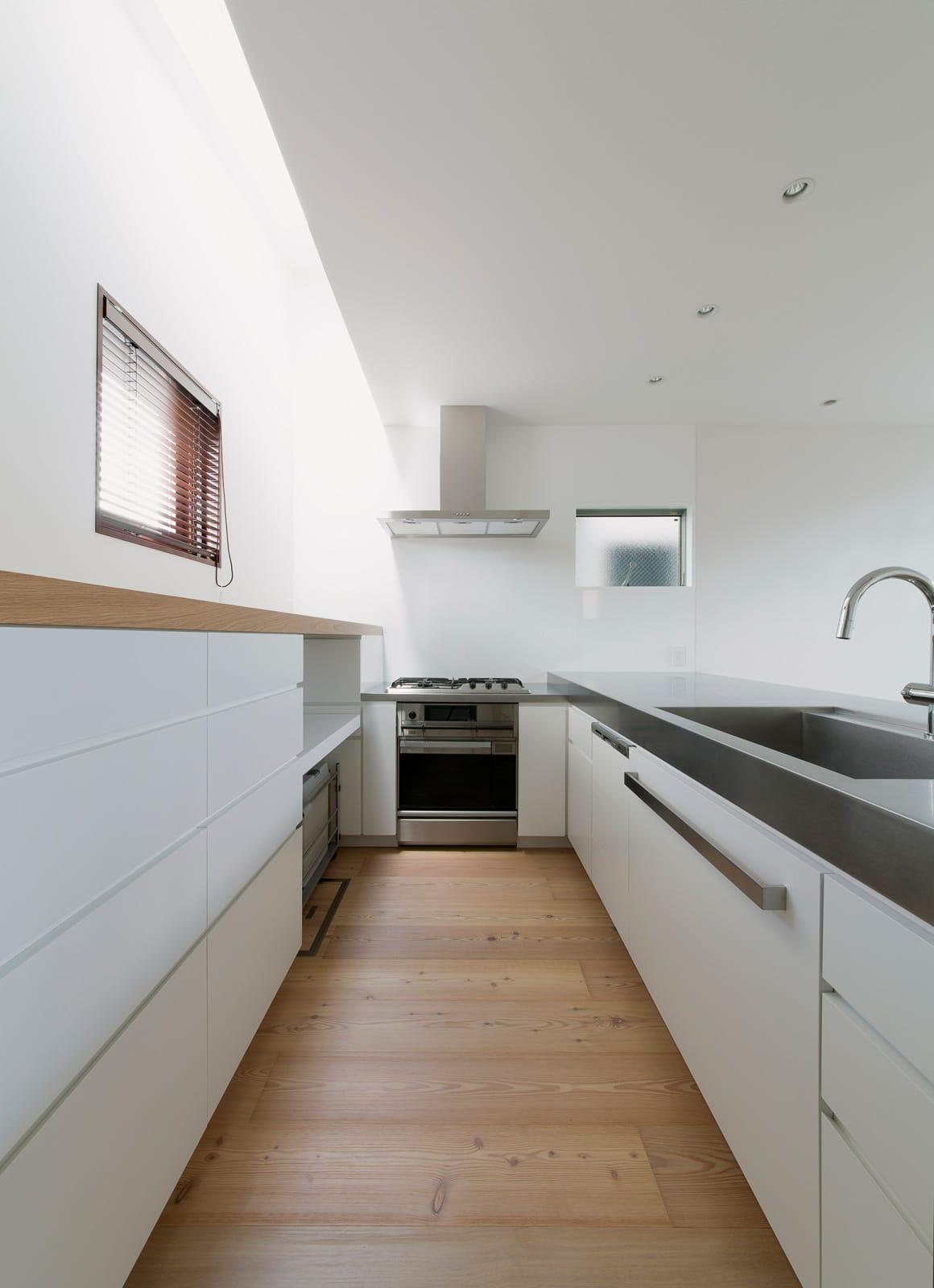 都市型アウトドアハウスのキッチン1