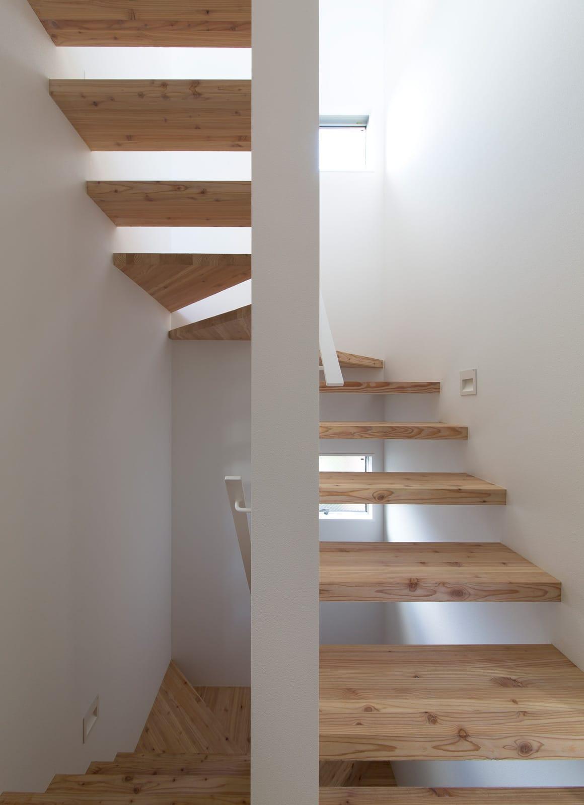 都市型アウトドアハウスの階段(木製)1