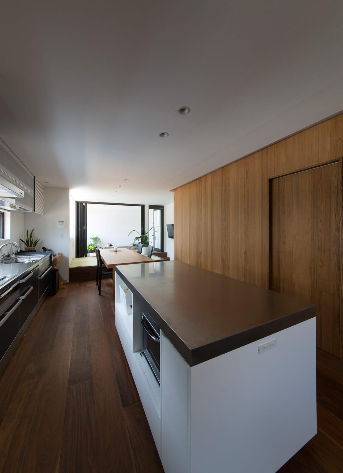 アウトドアダイニングのある家の収納(キッチン)1