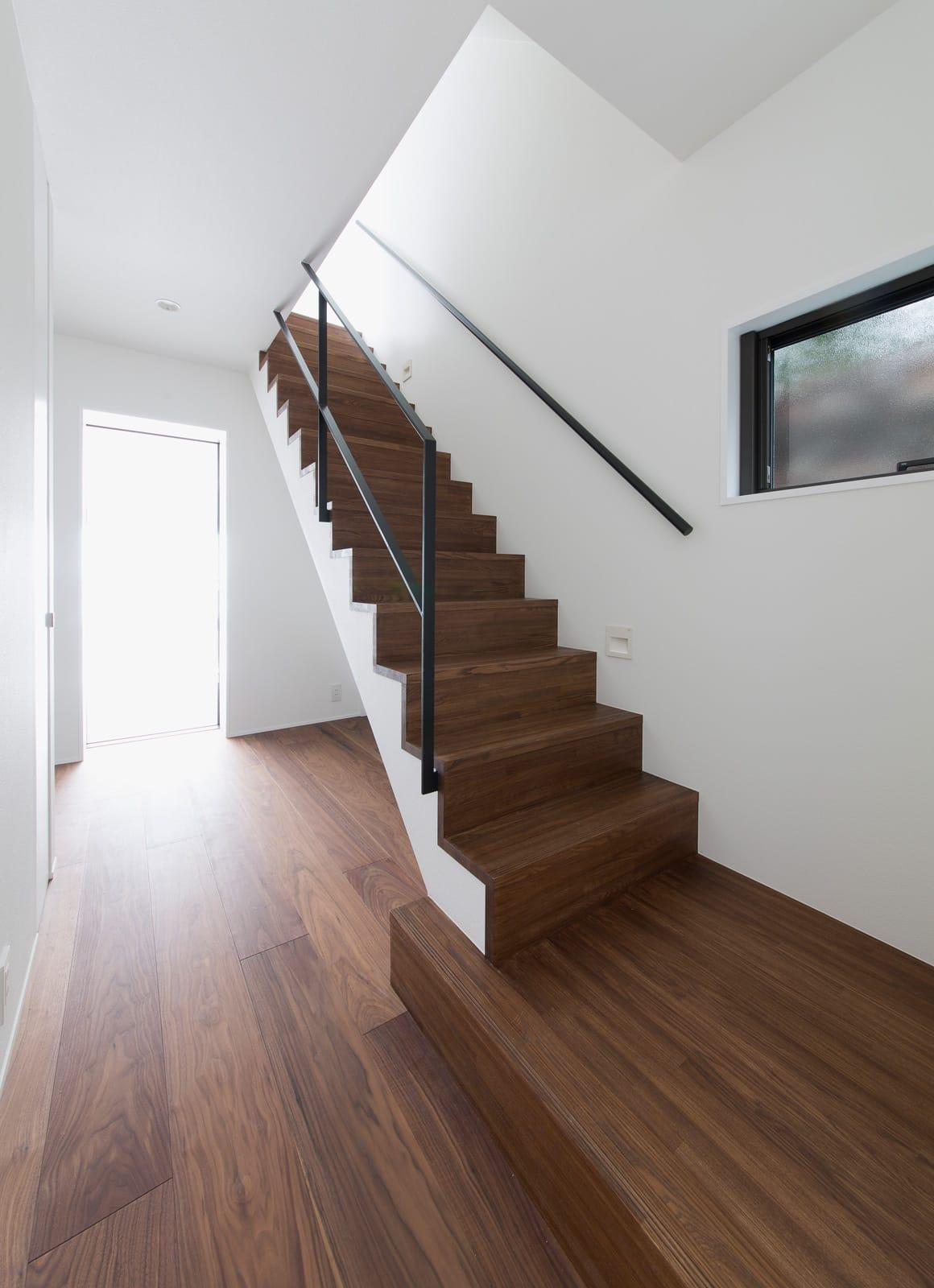 アウトドアダイニングのある家の階段1