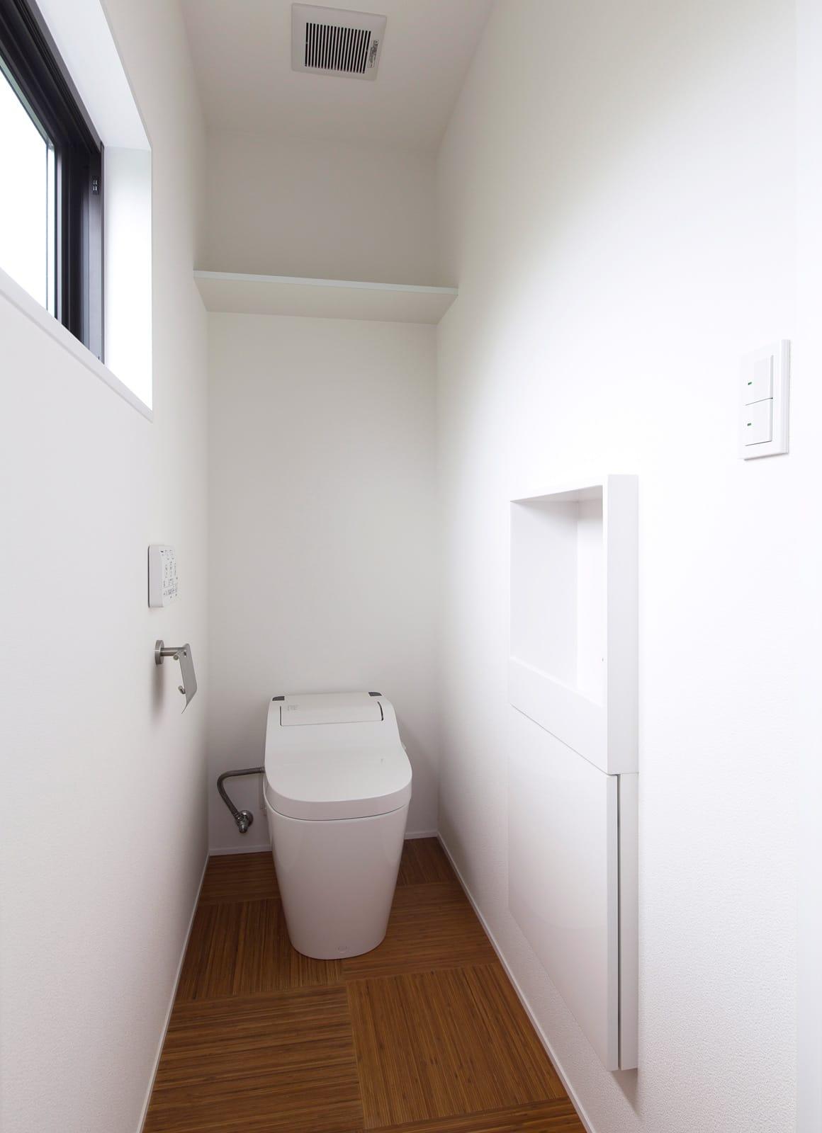 アウトドアダイニングのある家のトイレ1