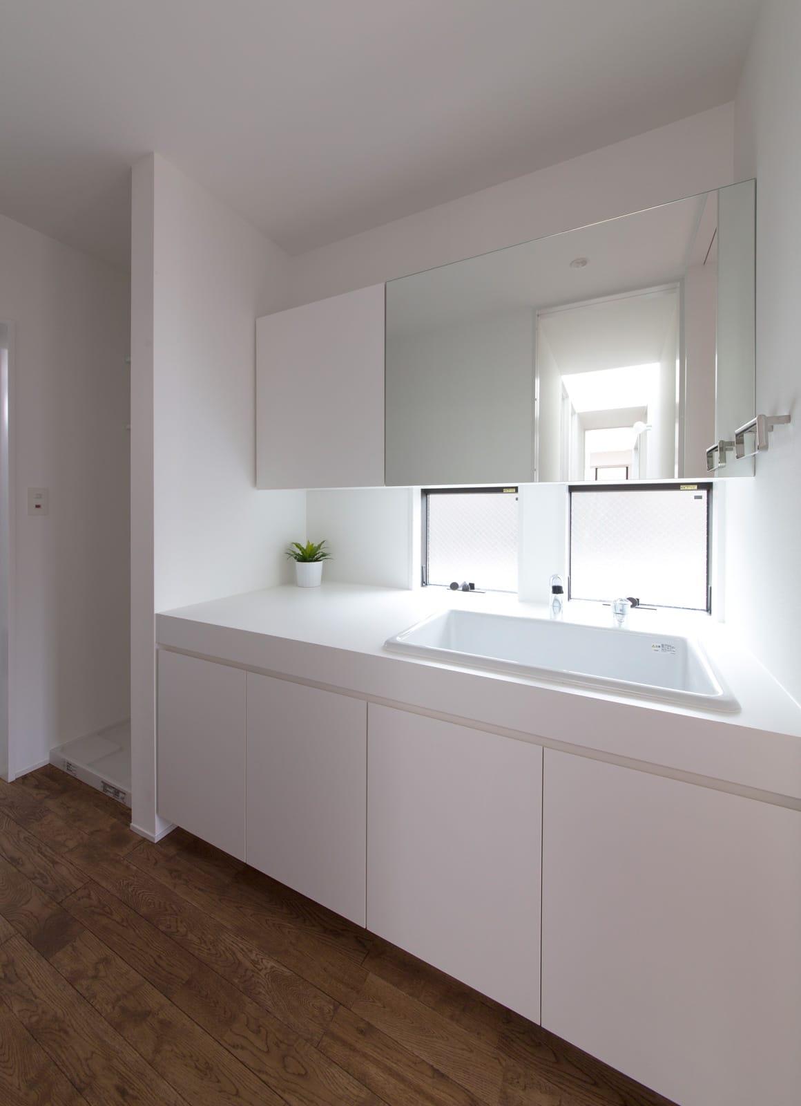シンプルフラットハウスの浴室・洗面室1