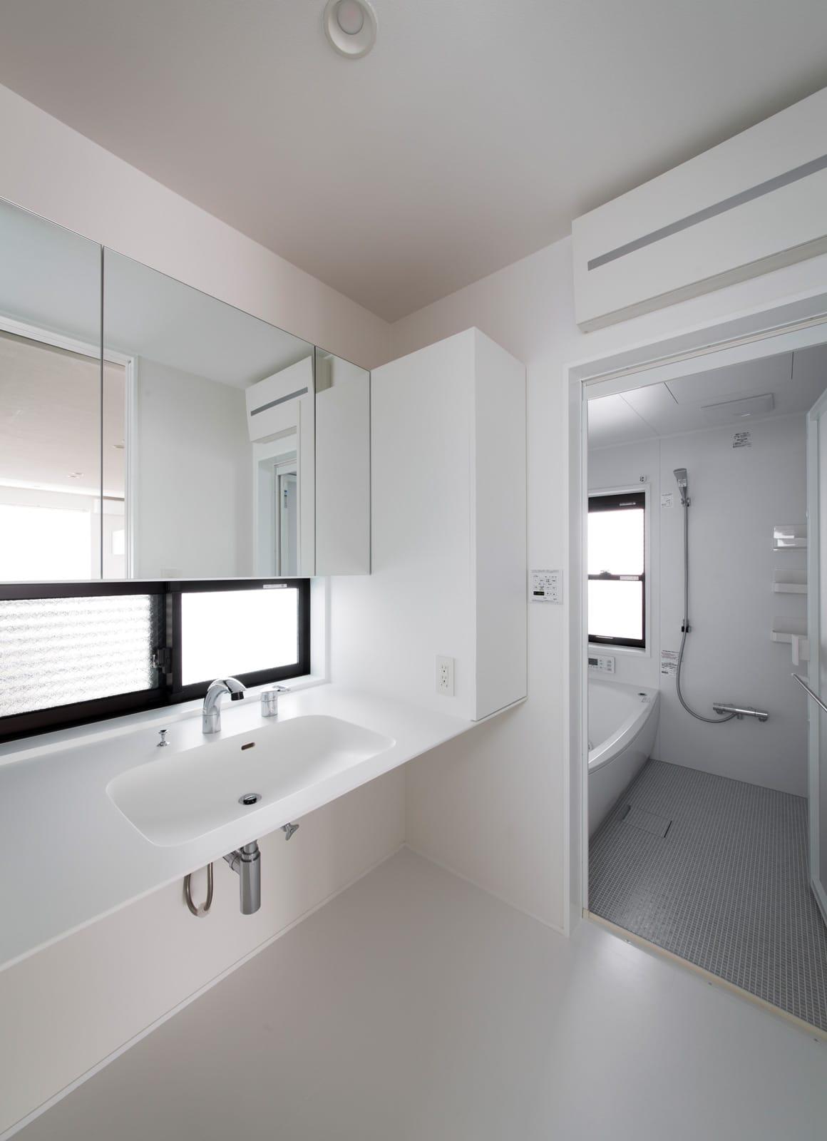 シンプルスタイリッシュハウスの浴室・洗面室1