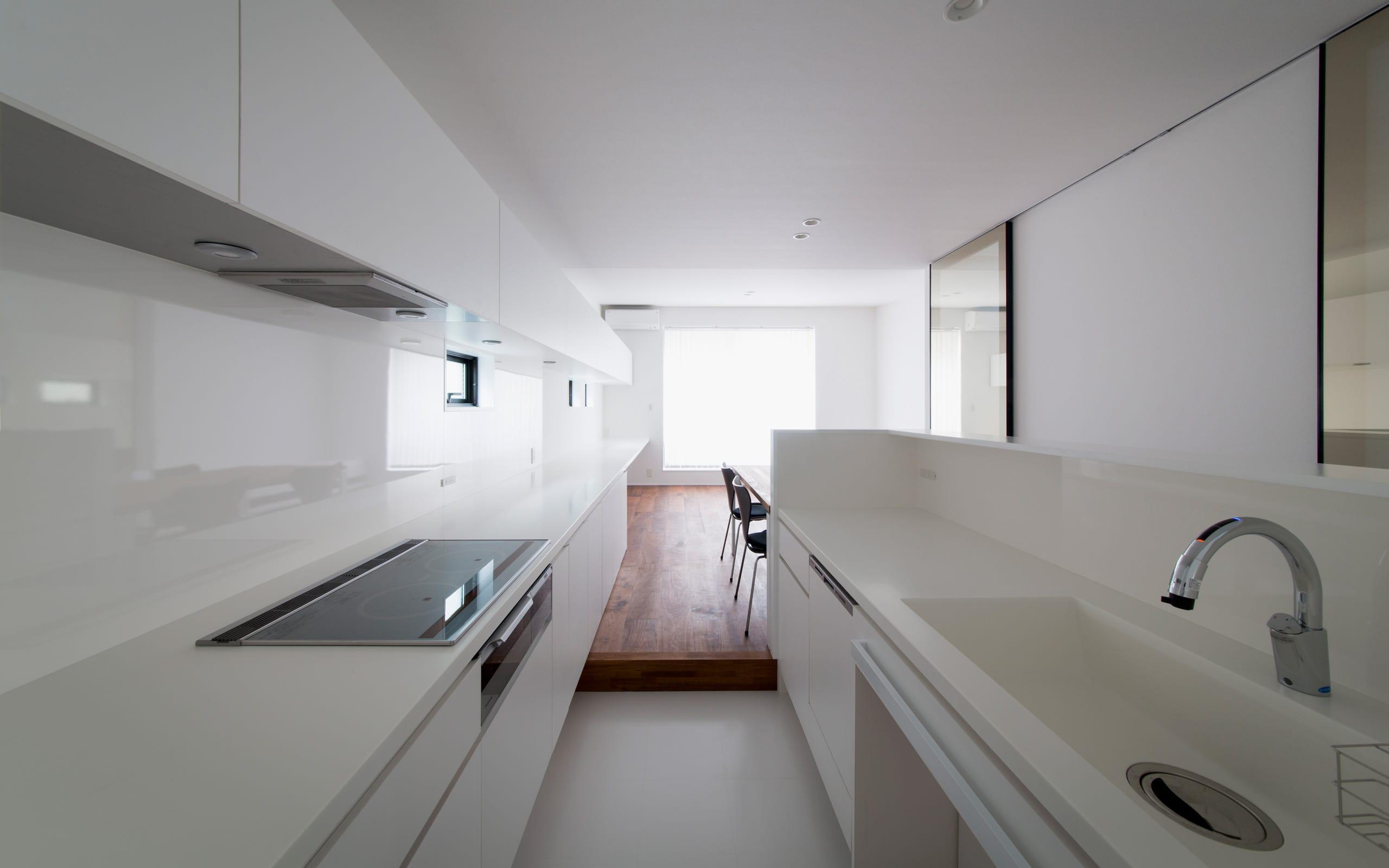 シンプルスタイリッシュハウスのキッチン1