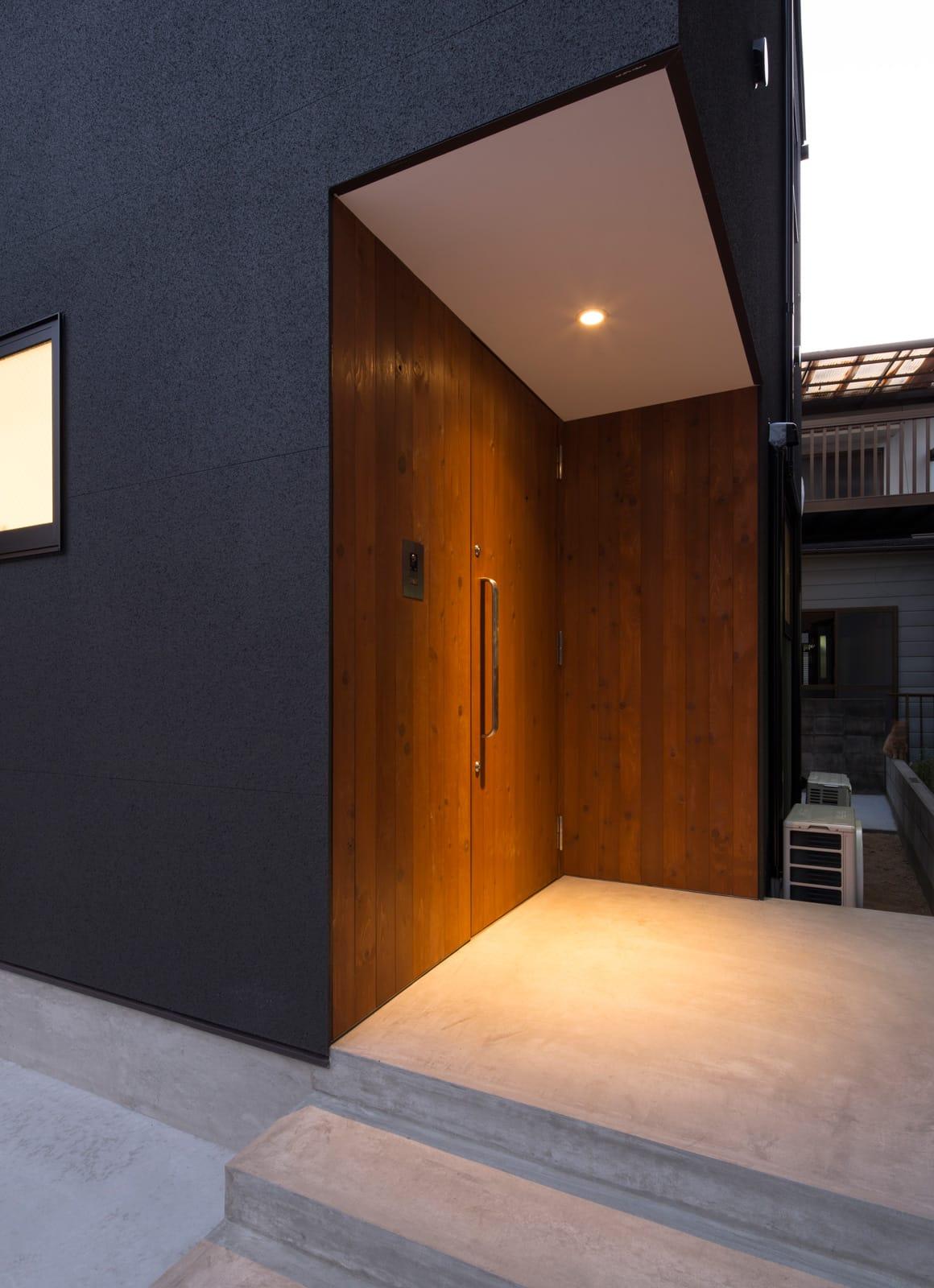 枚方ミッドセンチュリーハウスのポーチ・玄関扉1