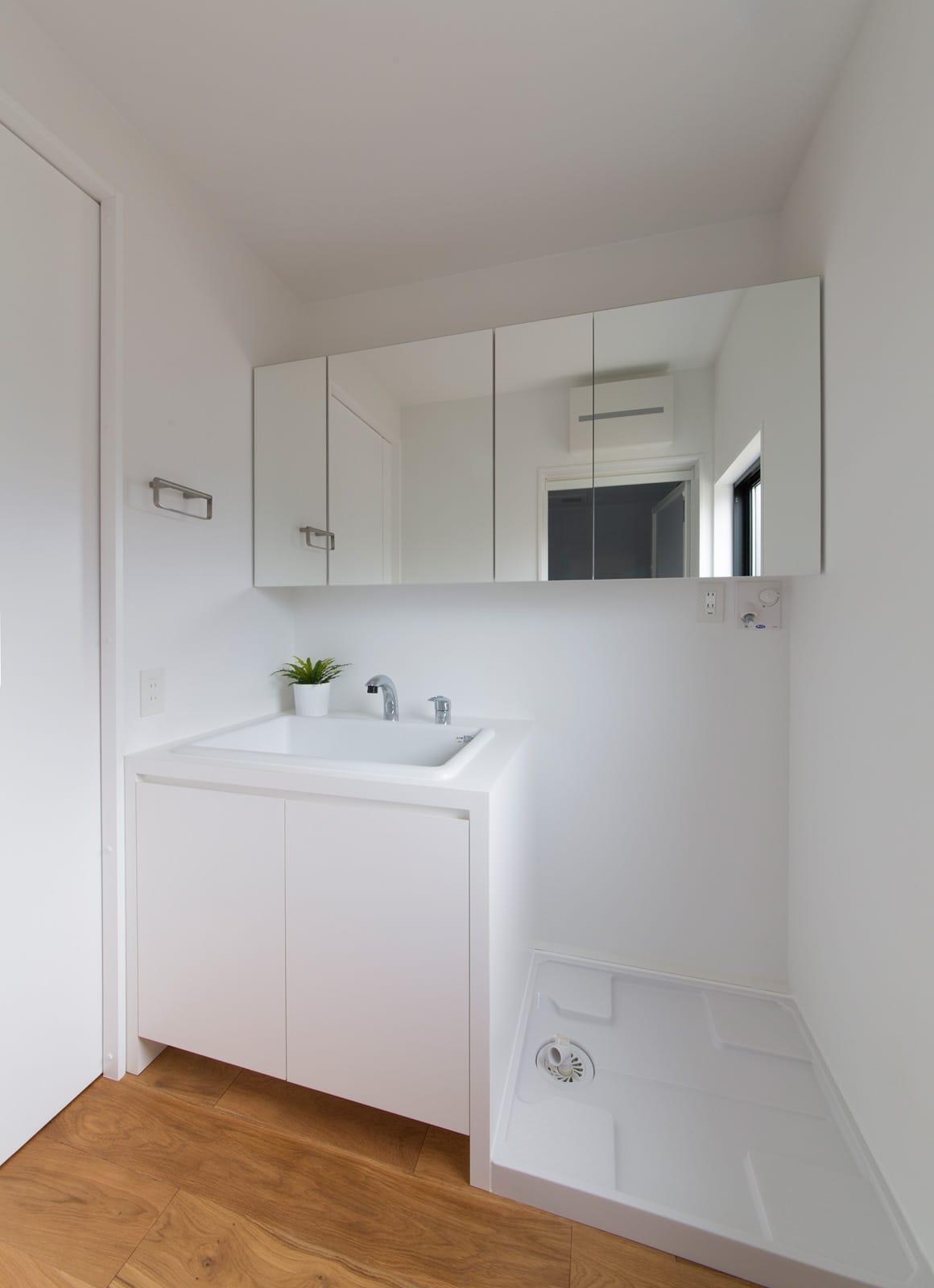 突き抜ける家の浴室・洗面室1