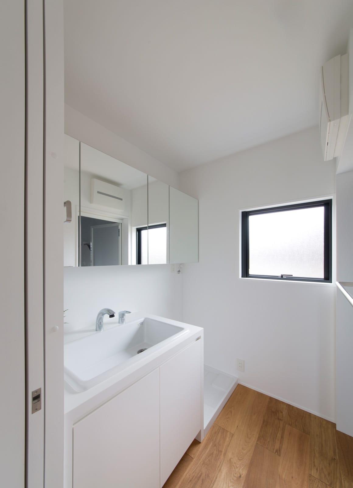 突き抜ける家の浴室・洗面室2