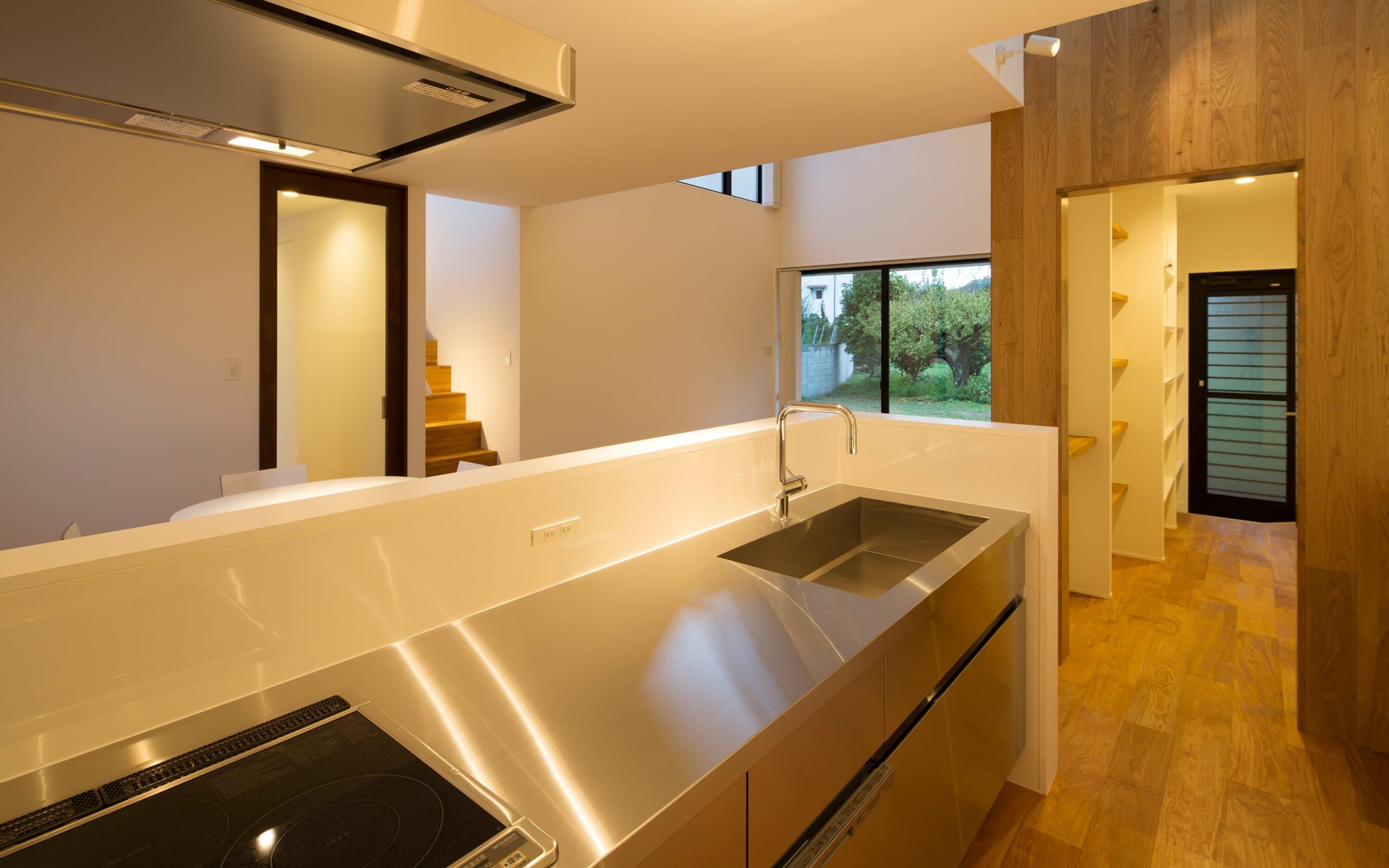 突き抜ける家のキッチン1