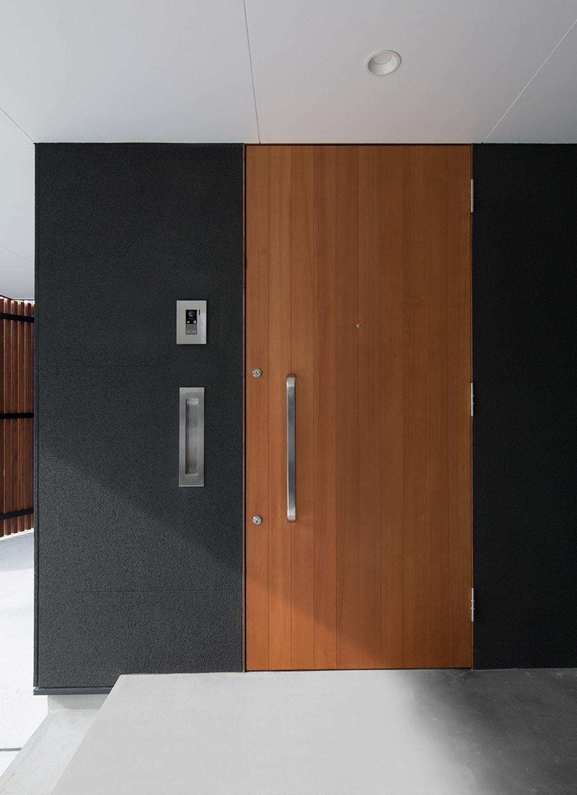ベーシックインナーテラスハウスのポーチ・玄関扉1