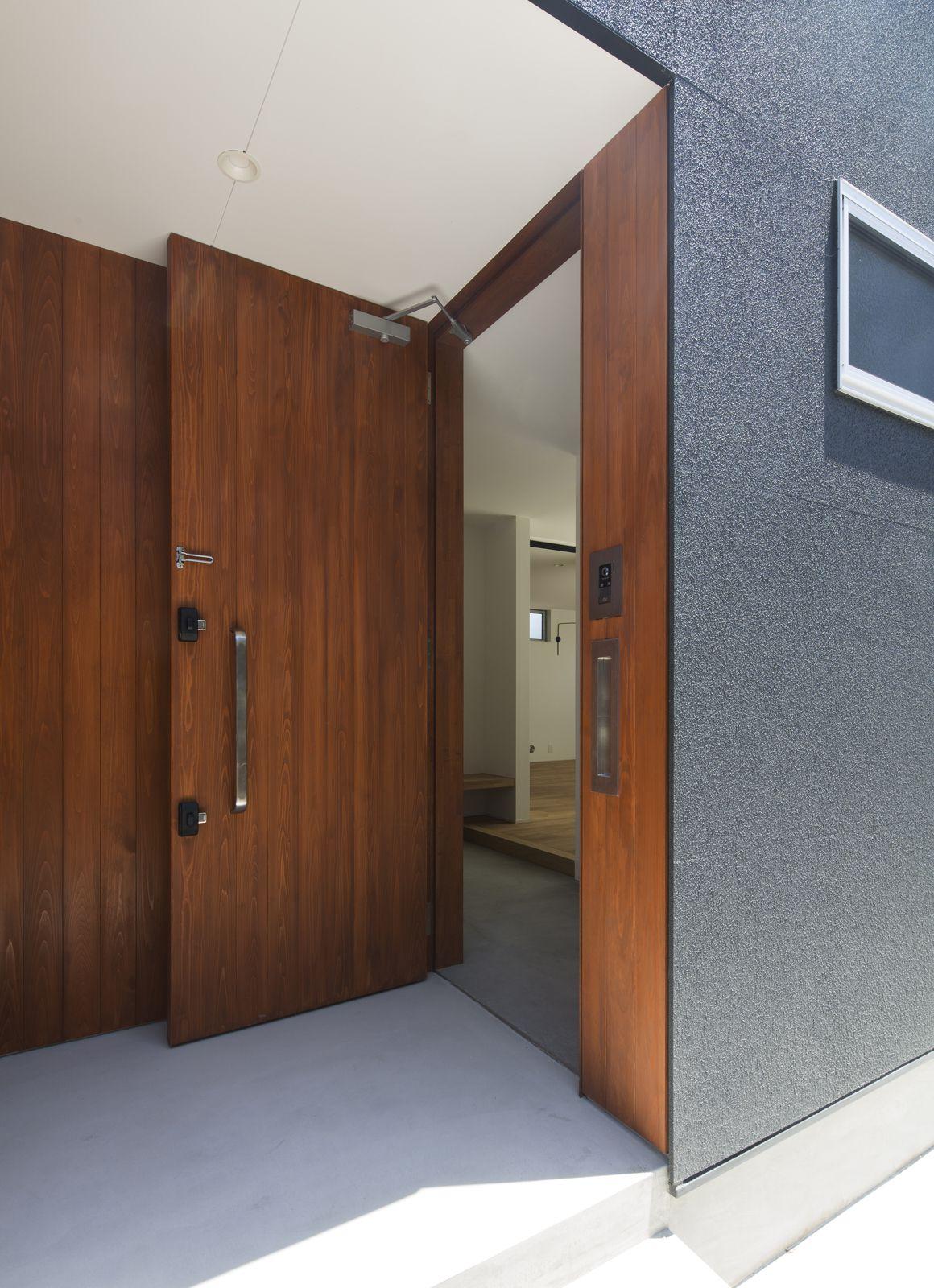 ヒマリハウスのポーチ・玄関扉2
